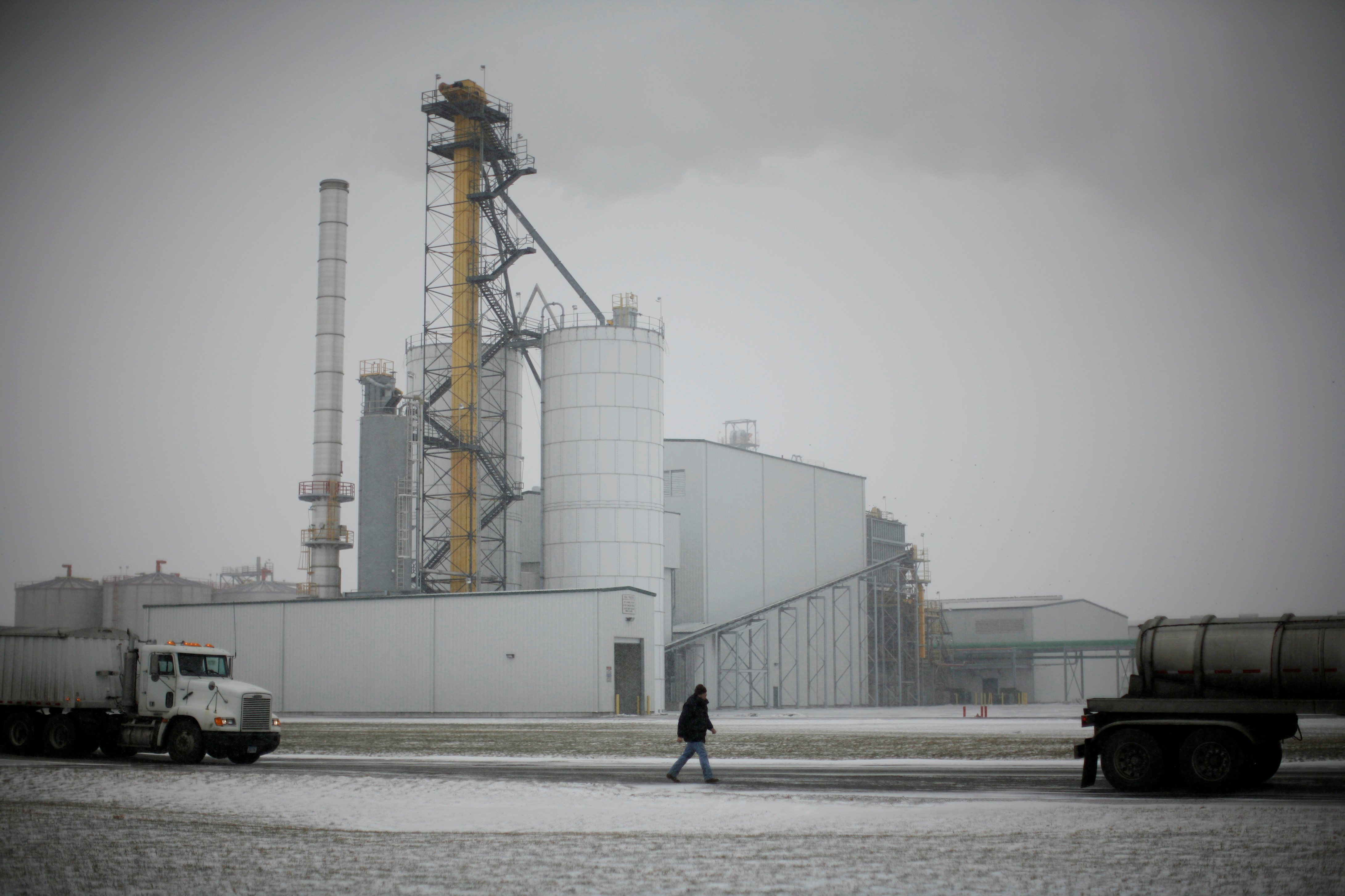 A truck driver walks back to his rig after having it weighed at the Lincolnway Energy plant in the town of Nevada, Iowa, December 6, 2007.      REUTERS/Jason Reed/File Photo