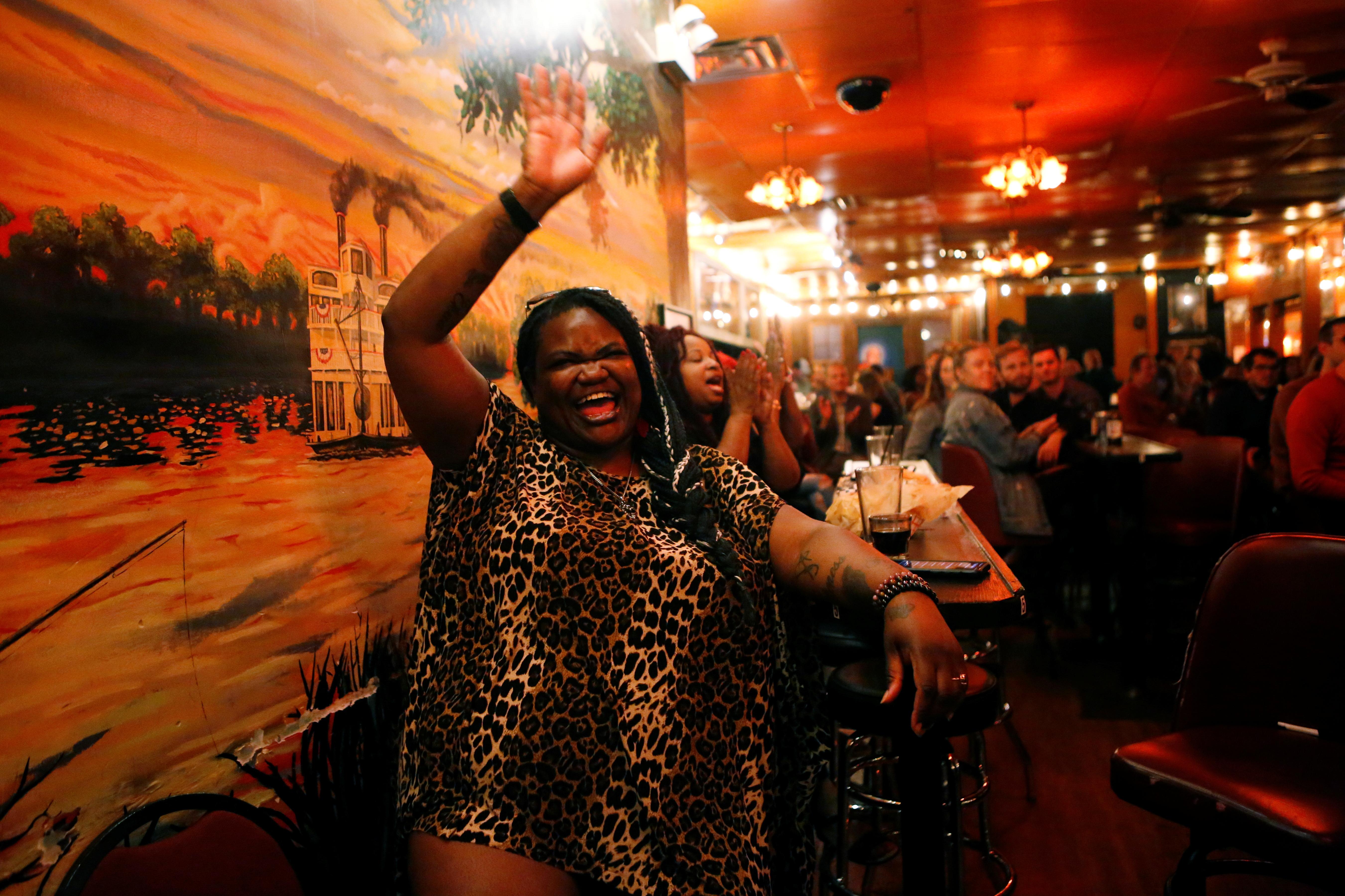Ekua Riah D. Lioness disfruta de la música en vivo mientras se alivian las restricciones de la enfermedad por coronavirus (COVID-19) en el bar de blues Kingston Mines en Chicago, Illinois, EE. UU., 24 de junio de 2021. REUTERS / Eileen T. Meslar