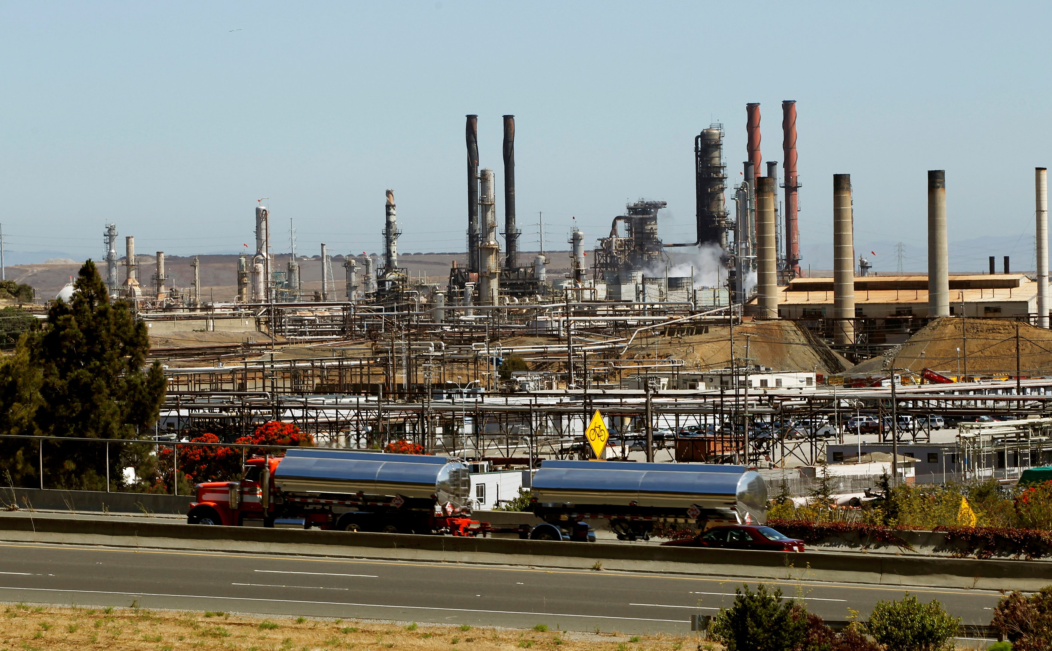 Chevron Corp's refinery is seen in Richmond, California, U.S. on August 7, 2012.   REUTERS/Robert Galbraith/File Photo