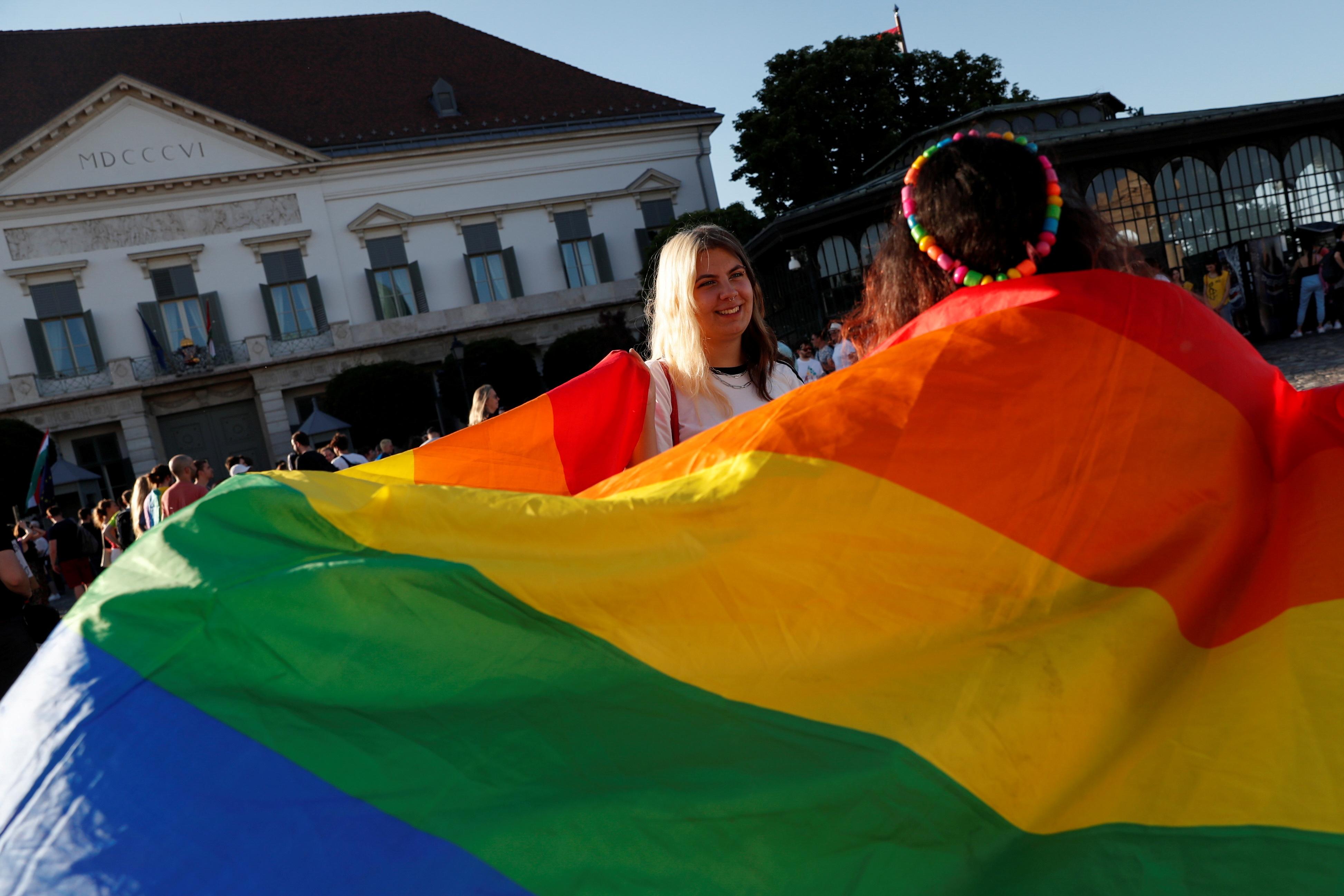 Дэманстранты ўдзельнічаюць у акцыі пратэсту супраць закона, які забараняе ўтрыманне ЛГБТК у школах і СМІ ў Прэзідэнцкім палацы ў Будапешце, Венгрыя, 16 чэрвеня 2021 г. REUTERS / Бернадет Сабо / Файл Фота