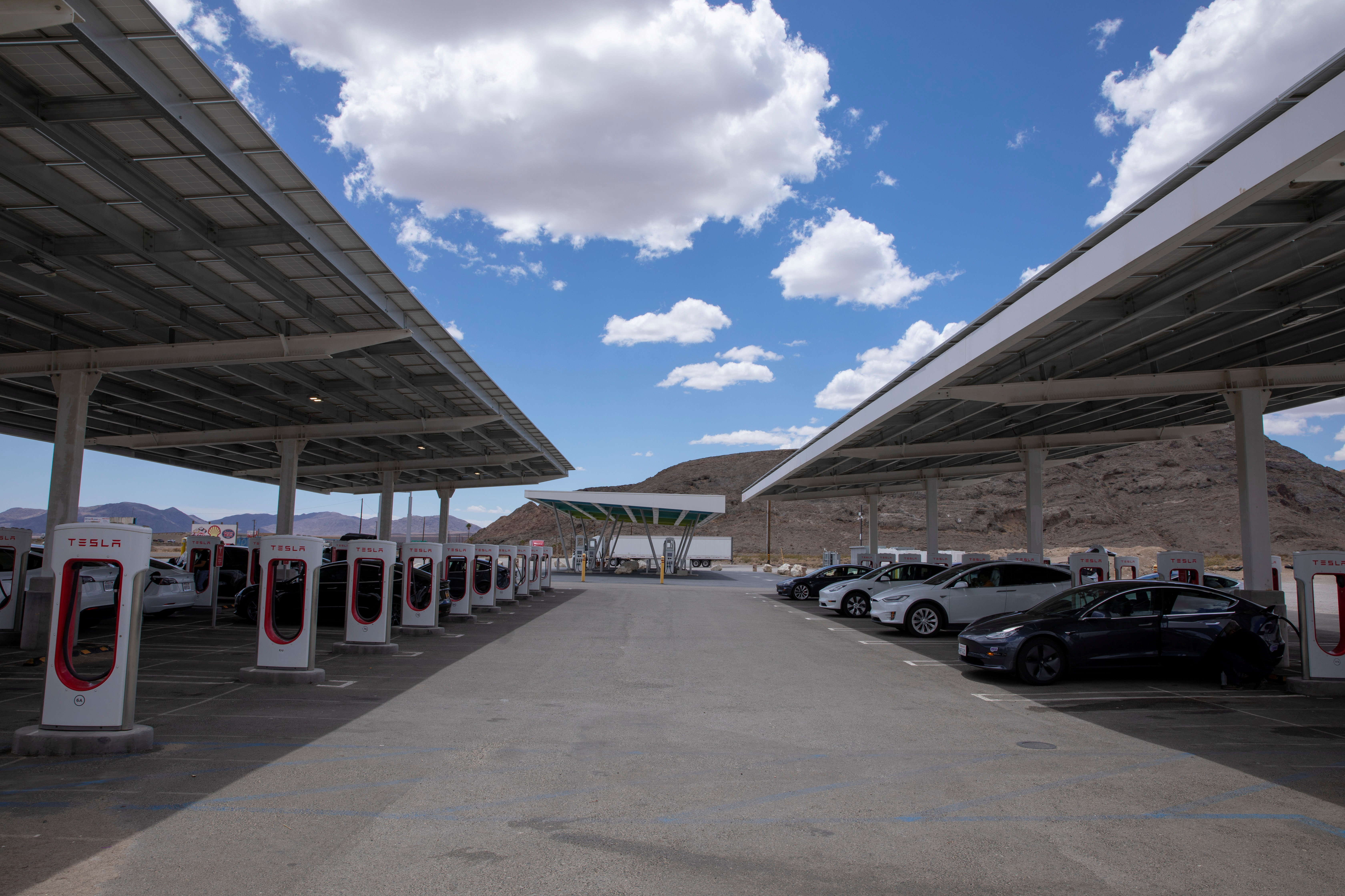 Tesla electric vehicles recharge at a large supercharging station located between Los Angeles and Las Vegas in Baker, California, U.S., May 21, 2021. REUTERS/Mike Blake/File Photo