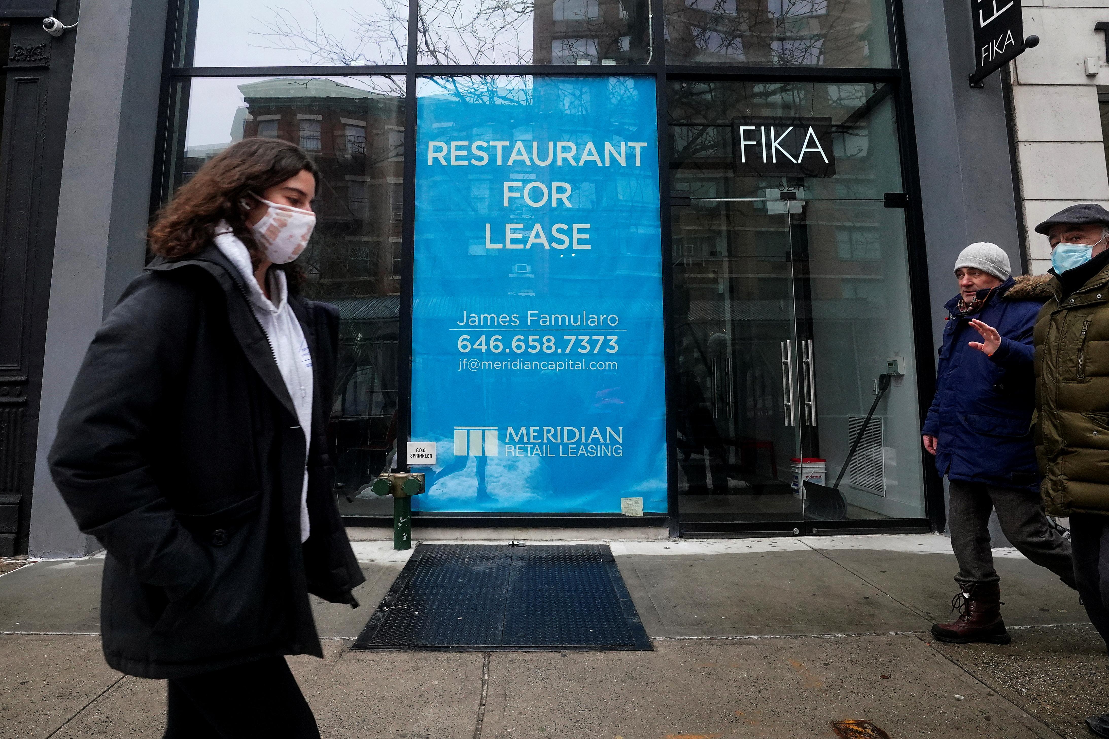 People walk past a shuttered restaurant amid the coronavirus disease (COVID-19) pandemic in the Manhattan borough of New York City, New York, U.S., February  9, 2021. REUTERS/Carlo Allegri