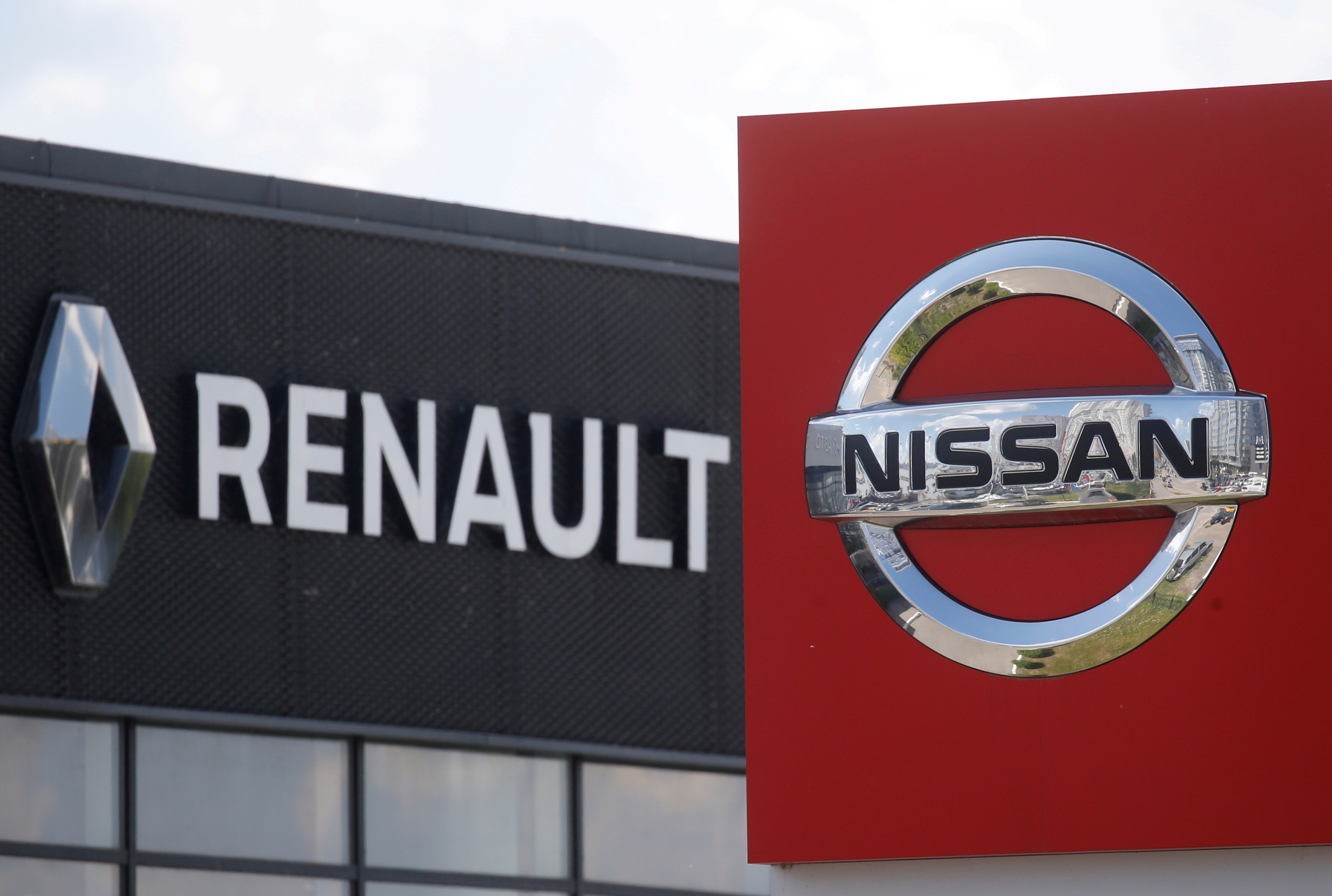 The logos of car manufacturers Nissan and Renault are pictured at a dealership Kyiv, Ukraine June 25, 2020. REUTERS/Valentyn Ogirenko