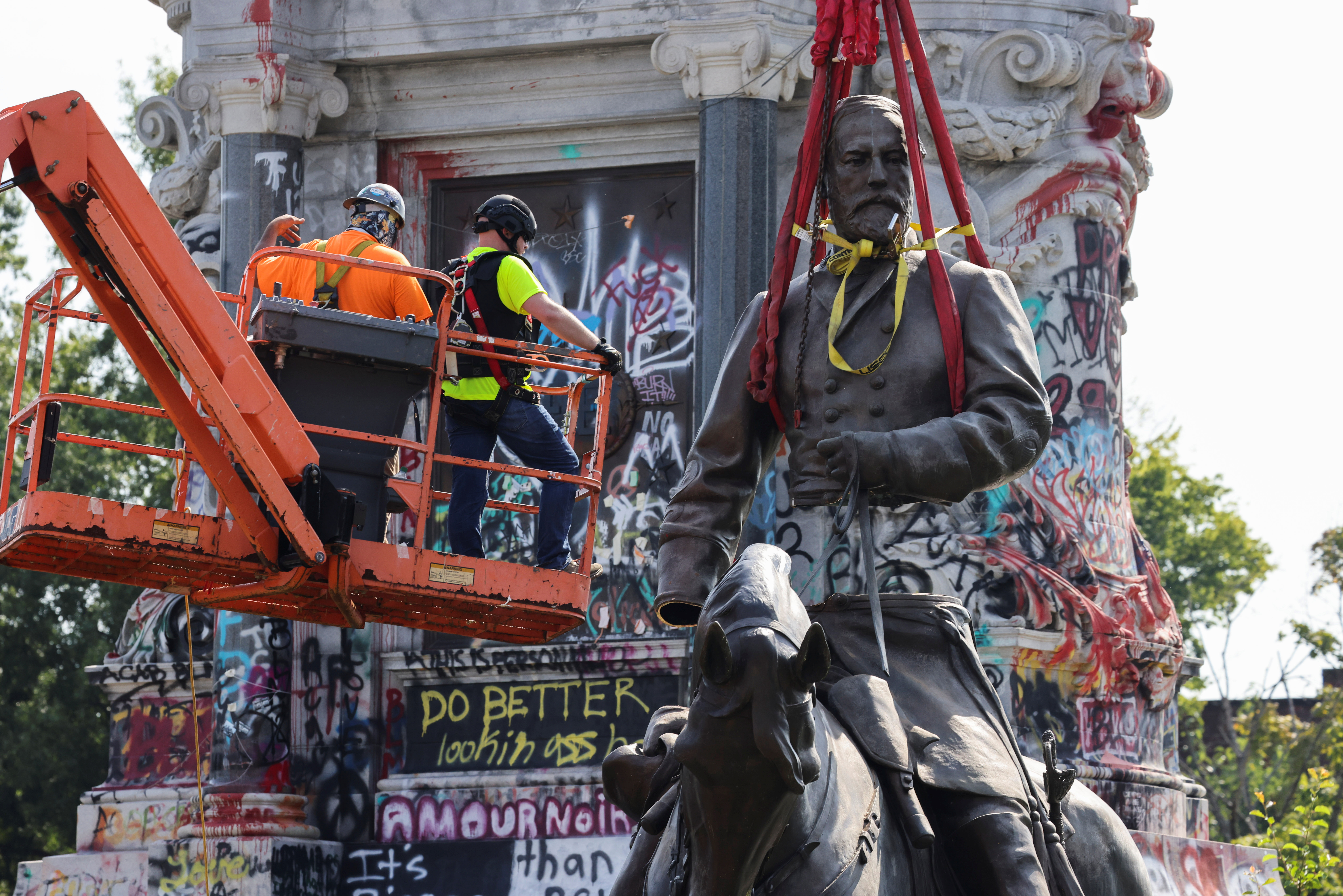 The statue of Confederate General Robert E. Lee, the largest Confederate statue remaining in the United States, is removed by a construction team in Richmond, Virginia, U.S. September 8, 2021. REUTERS/Evelyn Hockstein