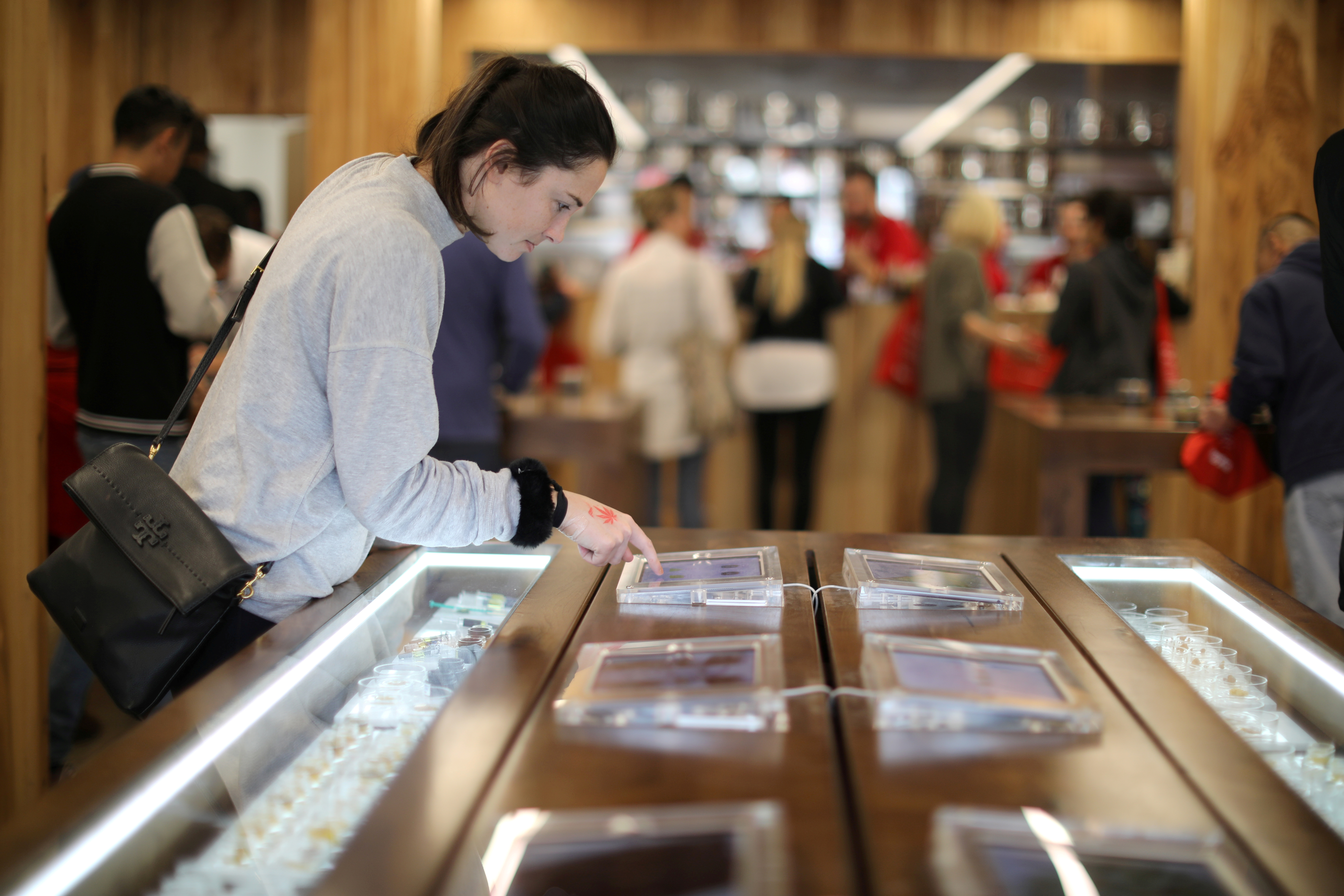 A customer browses screens displaying recreational marijuana products for sale at the MedMen store in West Hollywood, California U.S. January 2, 2018. REUTERS/Lucy Nicholson/File Photo