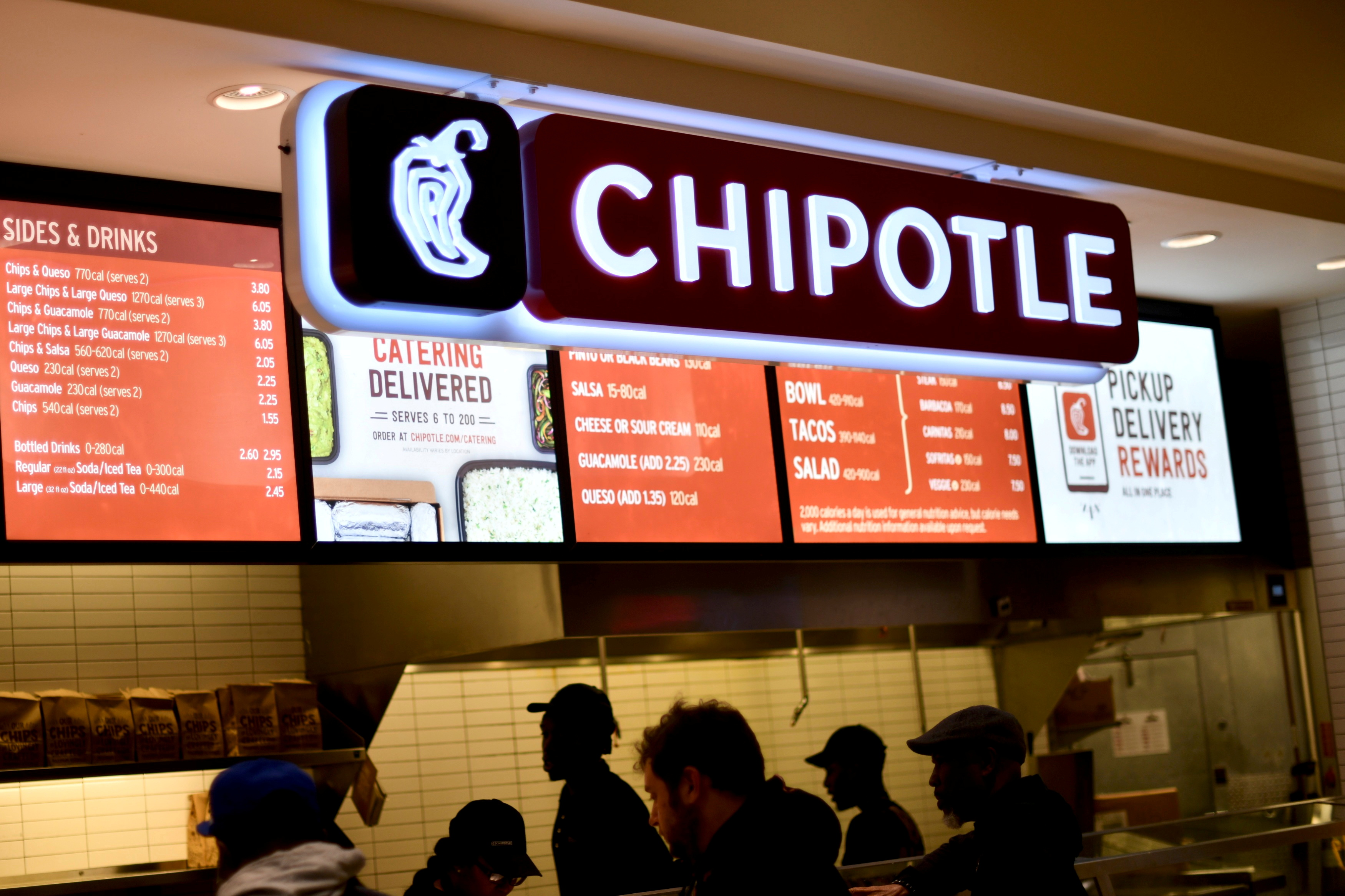 Customers order from a Chipotle restaurant as pre-Thanksgiving and Christmas holiday shopping accelerates at the King of Prussia Mall in King of Prussia, Pennsylvania, U.S. November 22, 2019. REUTERS/Mark Makela/File Photo