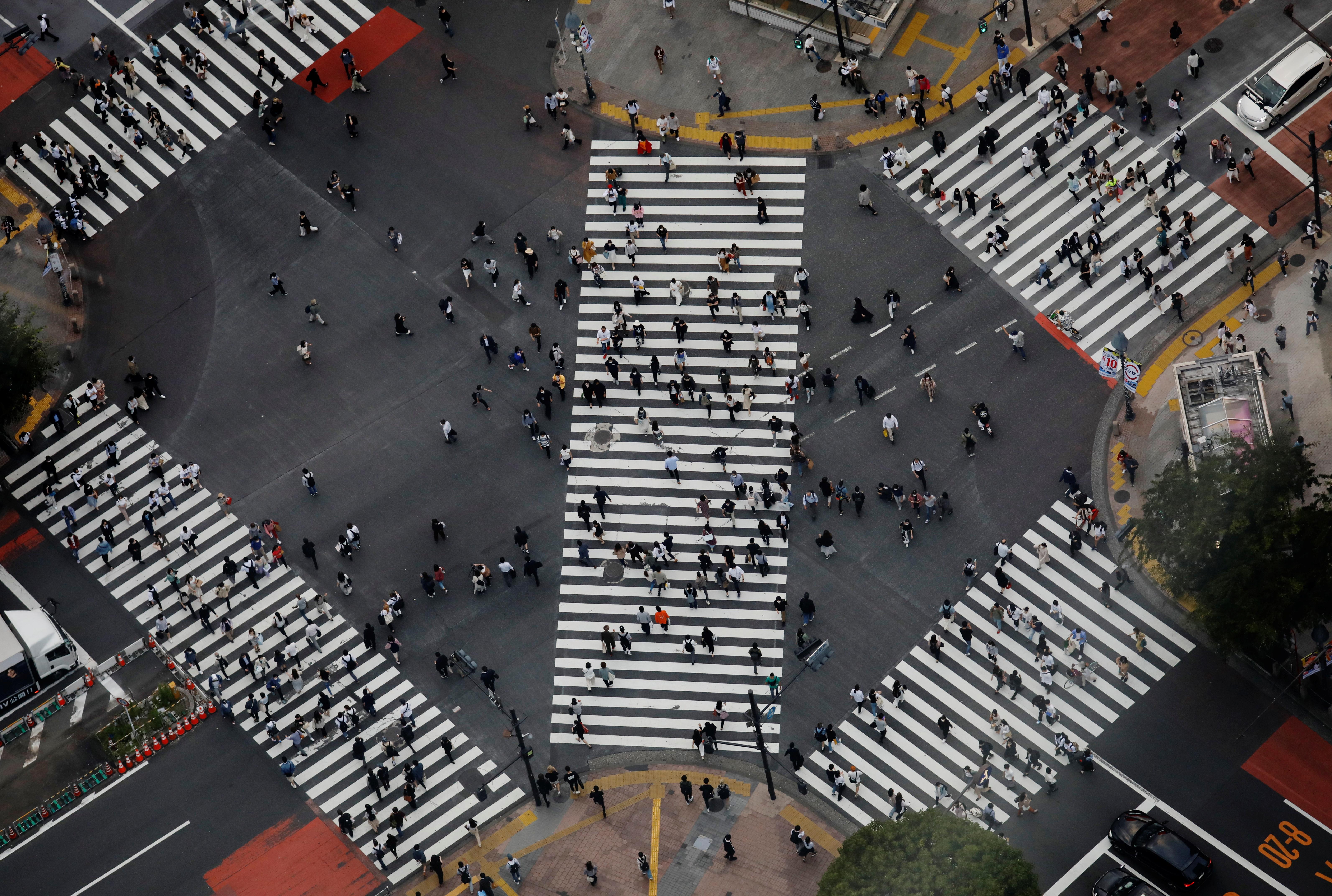 People walk across the Shibuya crossing in Tokyo, Japan, June 1, 2021. REUTERS/Kim Kyung-Hoon