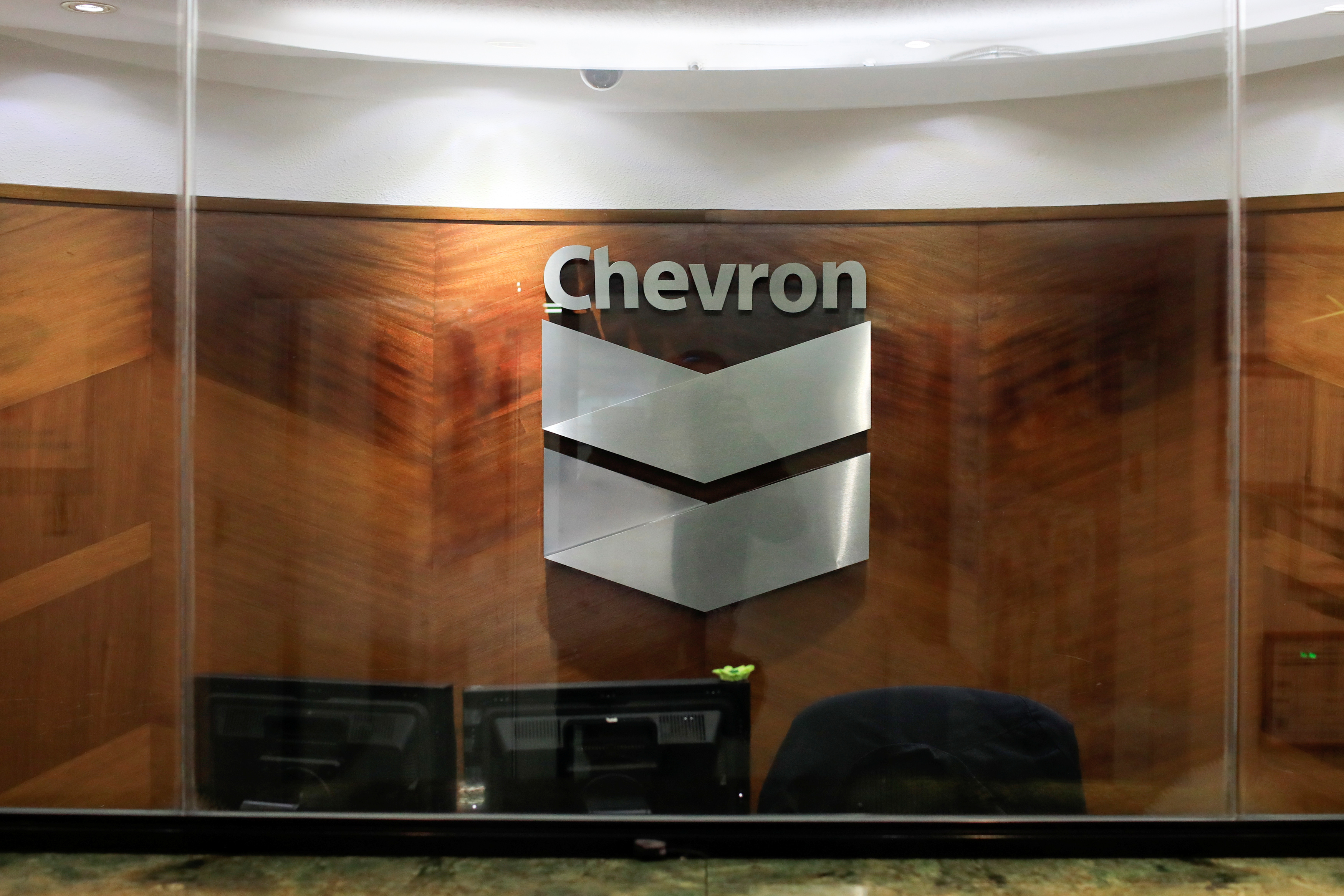 The logo of Chevron is seen at the company's office in Caracas, Venezuela April 25, 2018. REUTERS/Marco Bello/Files