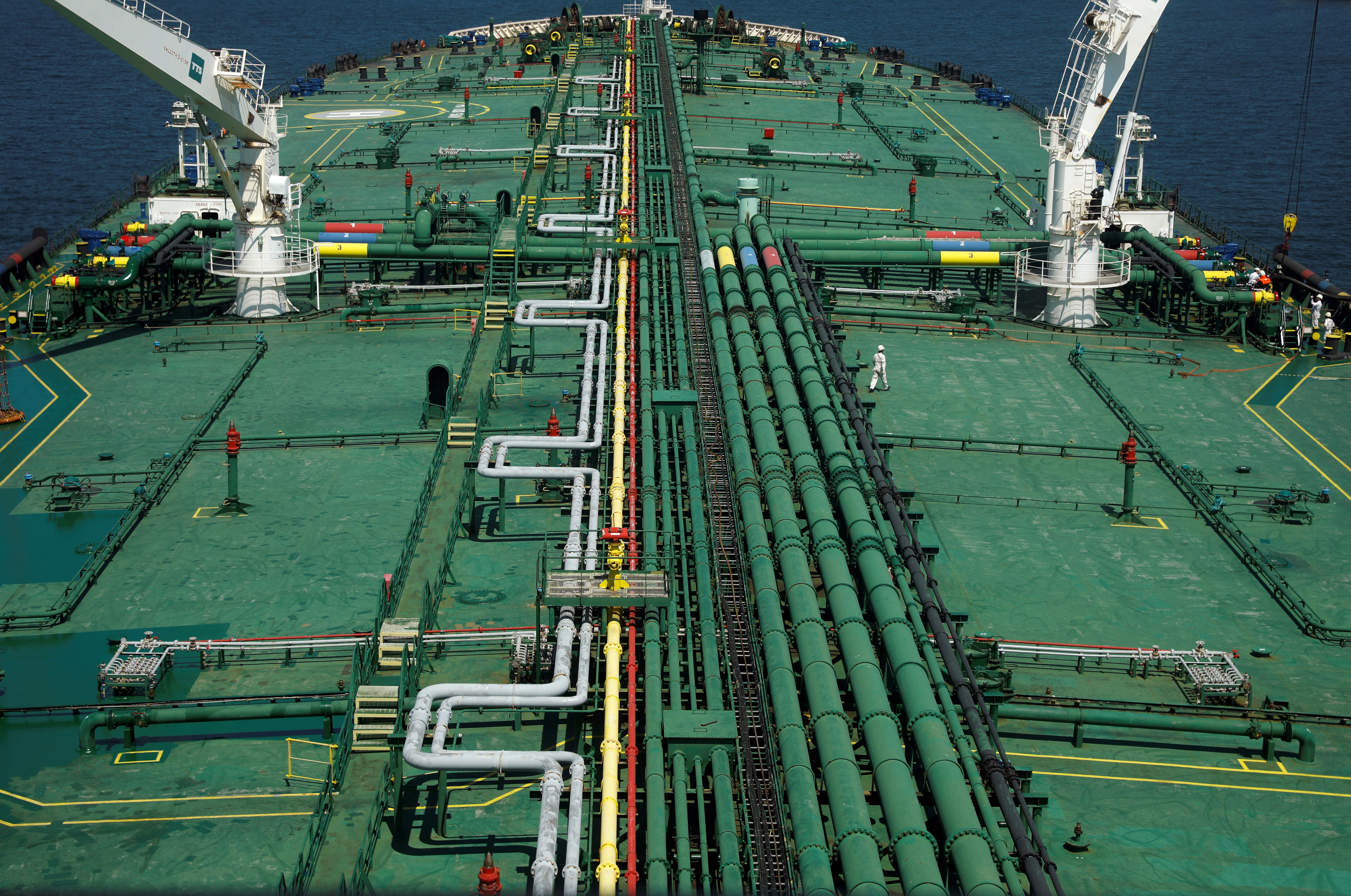 Pipelines run down the deck of Hin Leong's Pu Tuo San VLCC supertanker in the waters off Jurong Island in Singapore July 11, 2019.  Picture taken July 11, 2019.  REUTERS/Edgar Su/File Photo