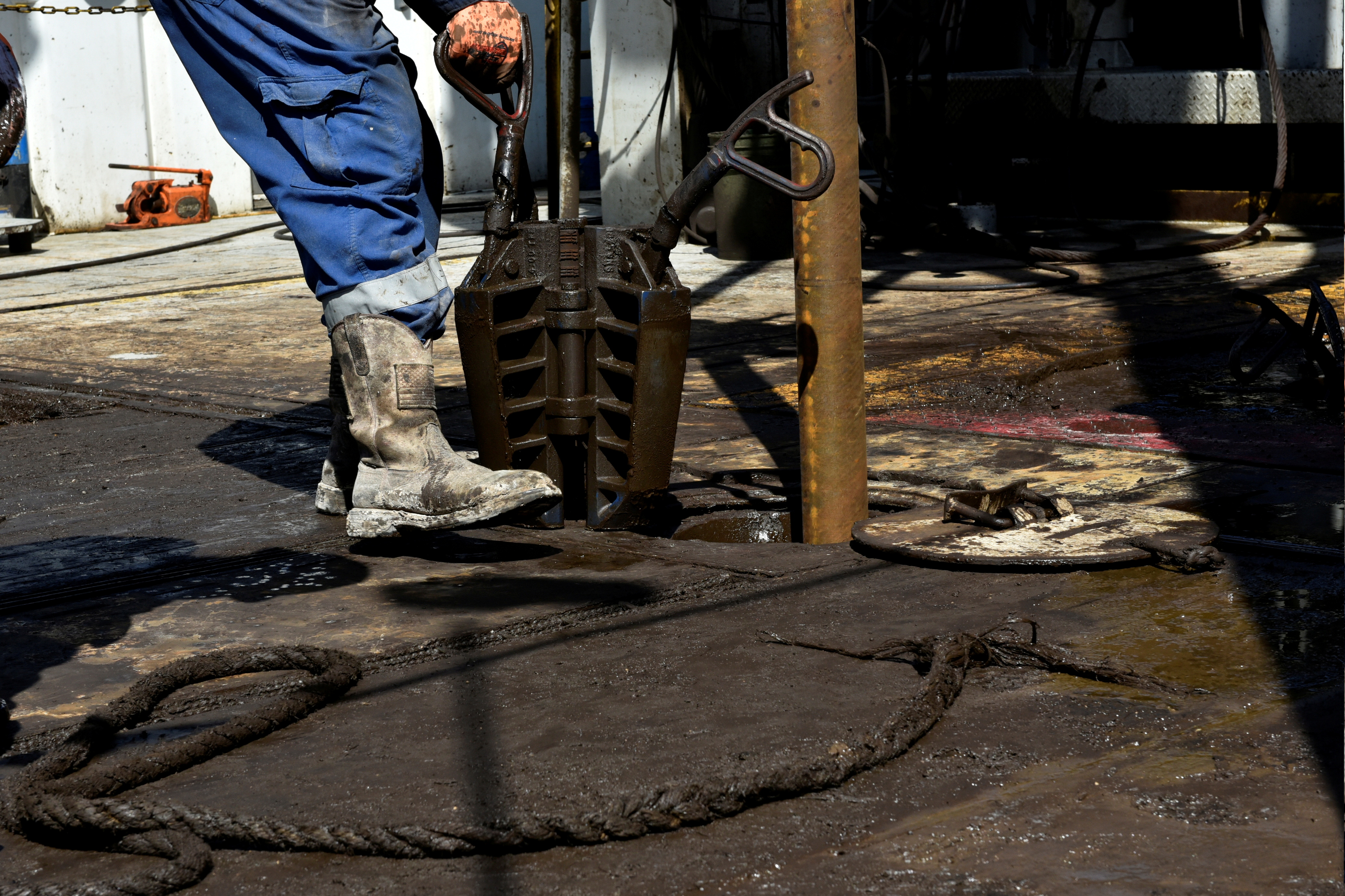 A member of a drilling crew prepares to place a collar around drill pipe on an oil rig in the Permian Basin near Wink, Texas U.S. August 22, 2018. Picture taken August 22, 2018. REUTERS/Nick Oxford
