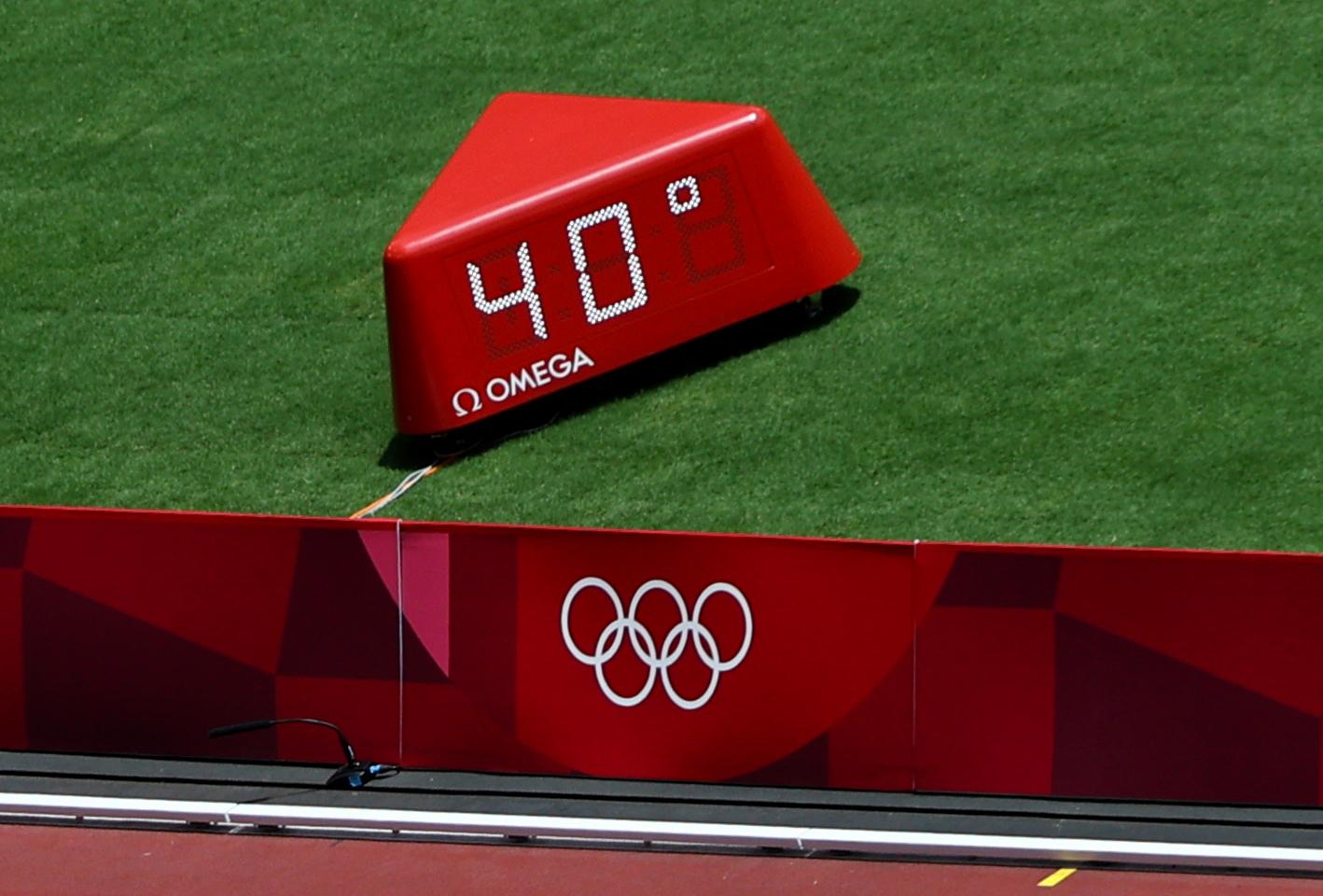 Tokyo 2020 Olympics - Athletics - Men's 400m - Round 1 - OLS - Olympic Stadium, Tokyo, Japan – August 1, 2021. Temperature in the Olympic Stadium during Heat 6 REUTERS/Fabrizio Bensch