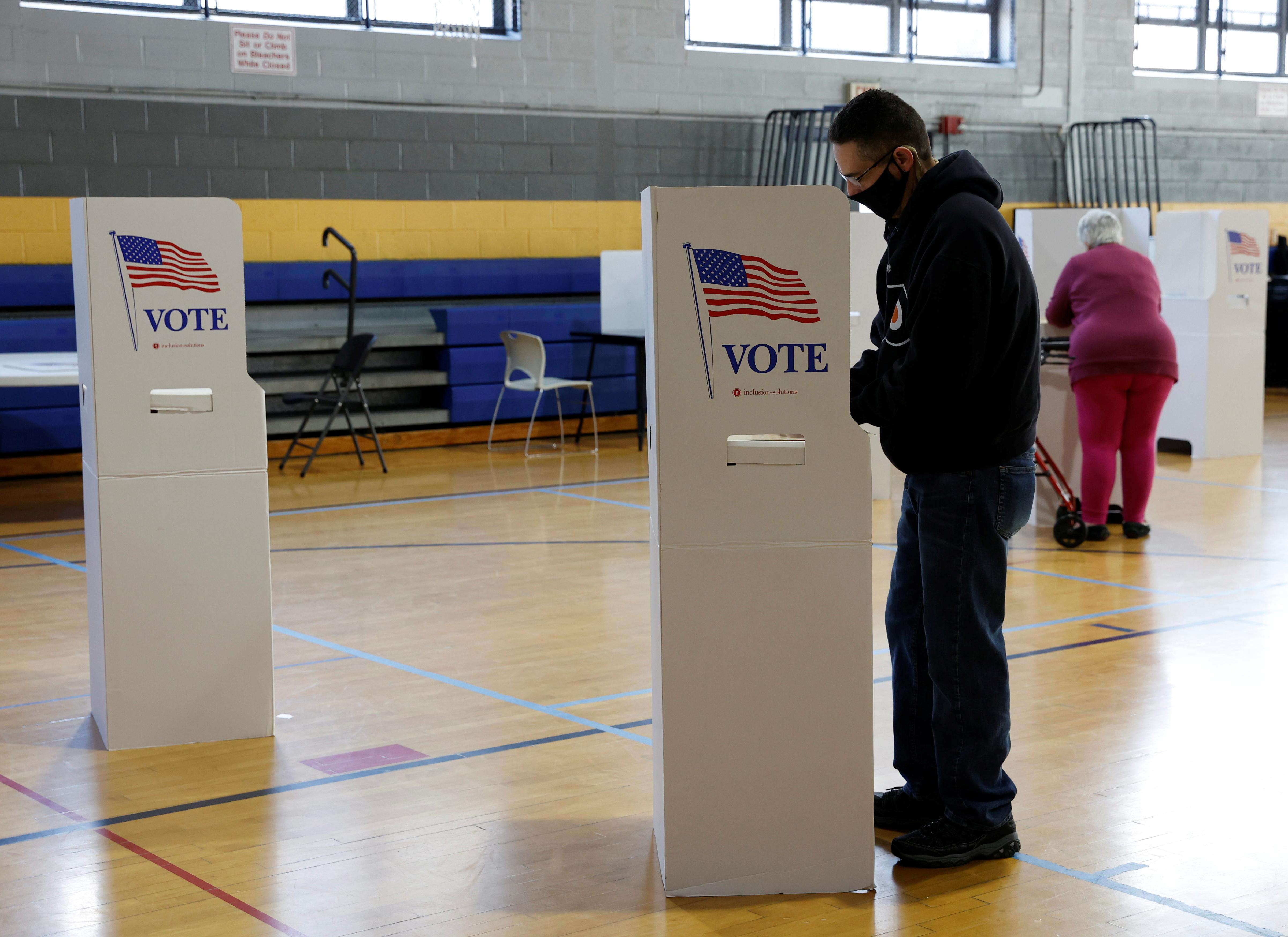Voters fill out their ballots on Election Day in Conshohocken, Pennsylvania, U.S., November 3, 2020. REUTERS/Rachel Wisniewski