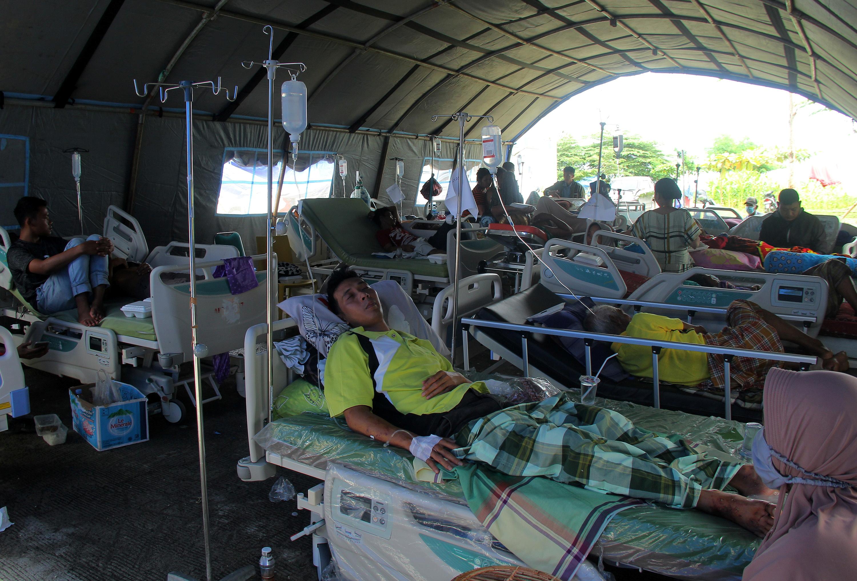 Injured people are treated at a temporary shelter outside a hospital following an earthquake in Mamuju, West Sulawesi province, Indonesia, January 16, 2021. Akbar Tado/Antara Foto via REUTERS