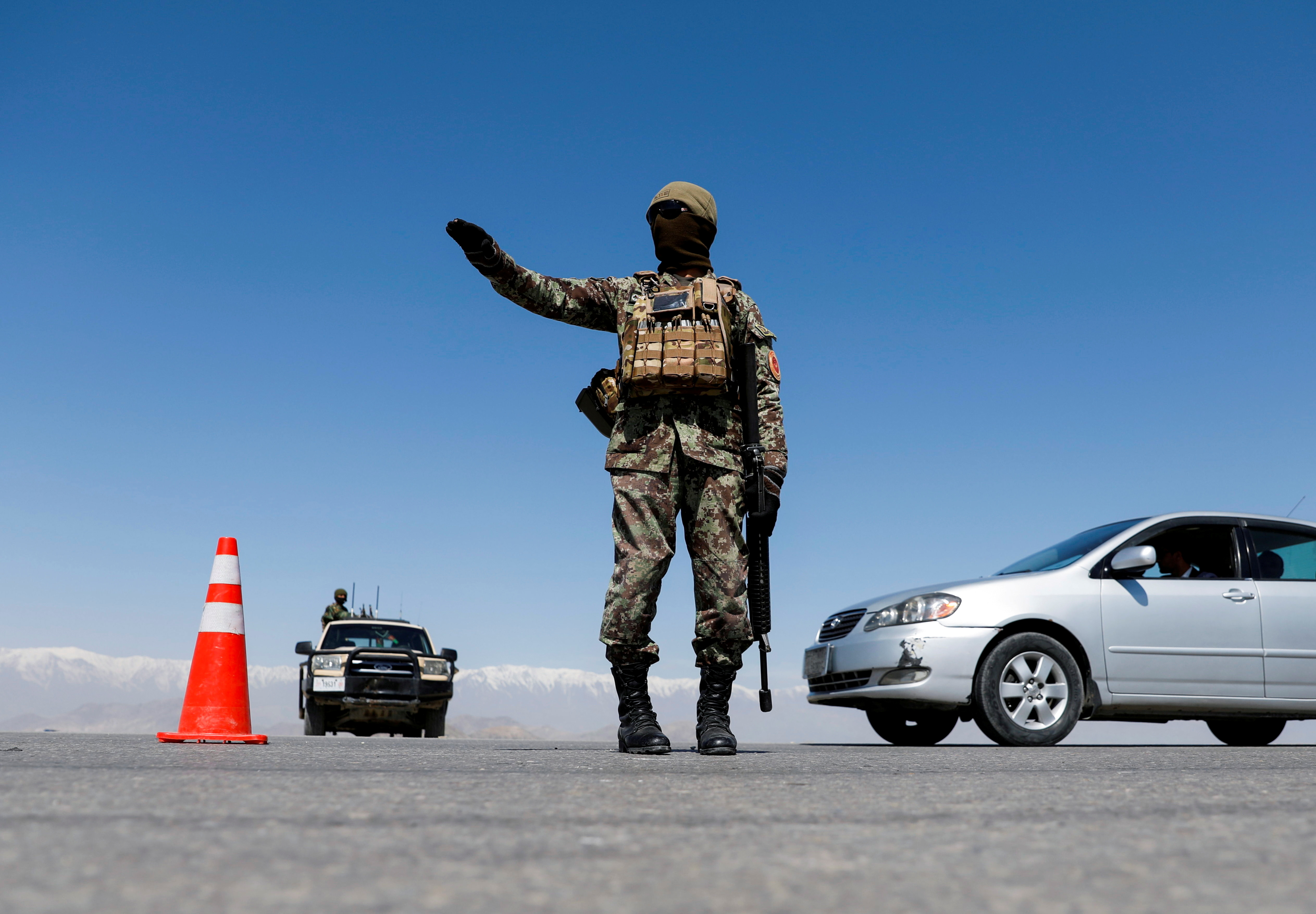 An Afghan National Army soldier stands guard at a checkpoint on the outskirts of Kabul, Afghanistan April 21, 2021. REUTERS/Mohammad Ismail/File Photo
