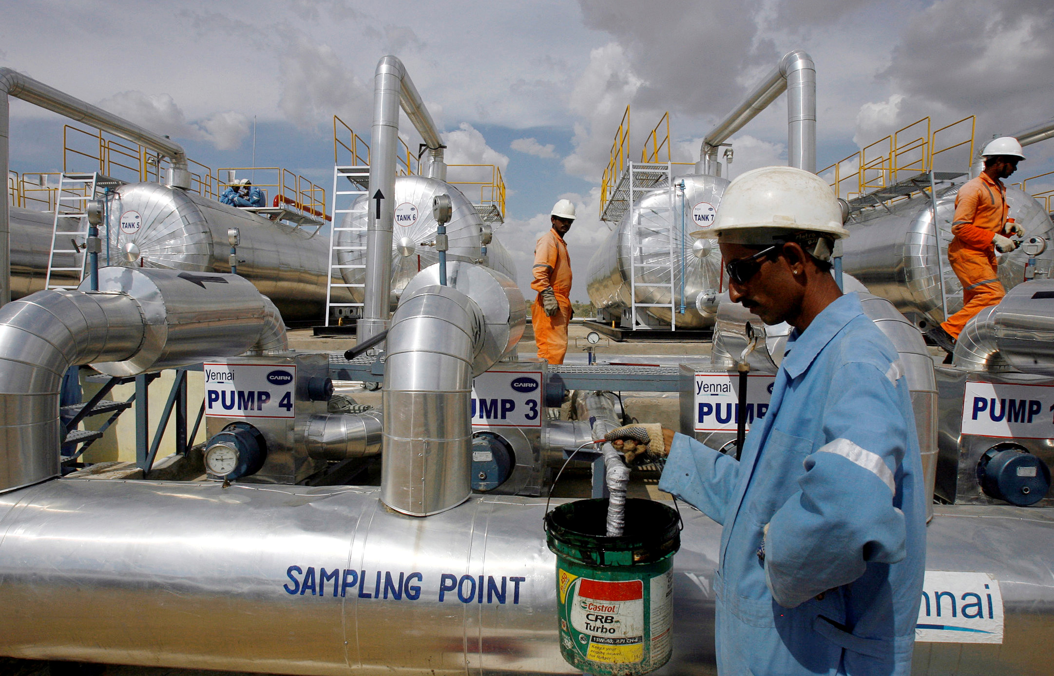 Cairn India employees work at a storage facility for crude oil at Mangala oil field at Barmer in the desert Indian state of Rajasthan August 29, 2009. REUTERS/Parth Sanyal/File Photo