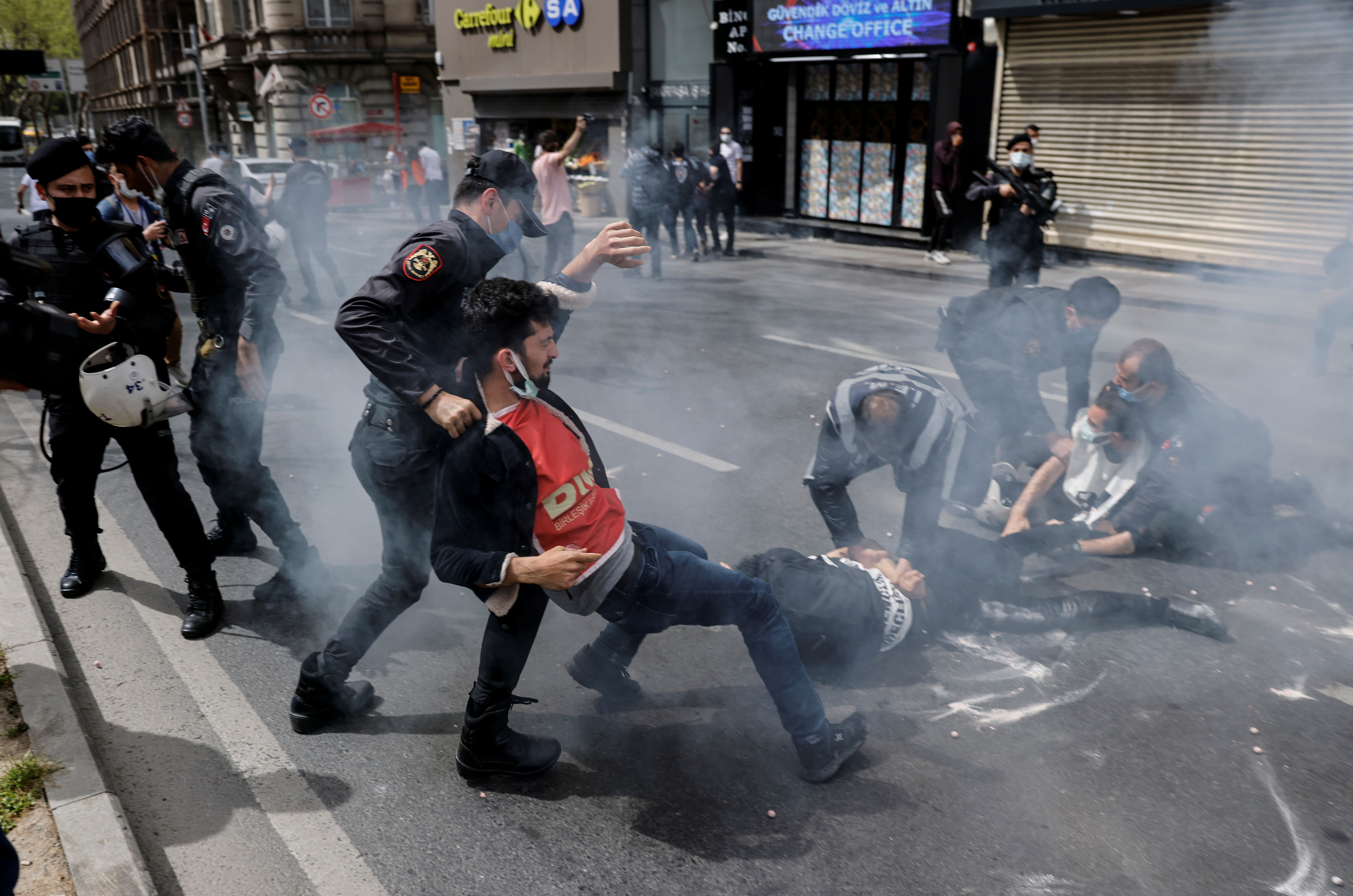 """Police officers detain demonstrators as they attempt to defy a ban and march on Taksim Square to celebrate May Day, during a nationwide """"full closure"""" imposed to slow the rate of the coronavirus disease (COVID-19) contagion, in Istanbul, Turkey May 1, 2021. REUTERS/Umit Bektas"""