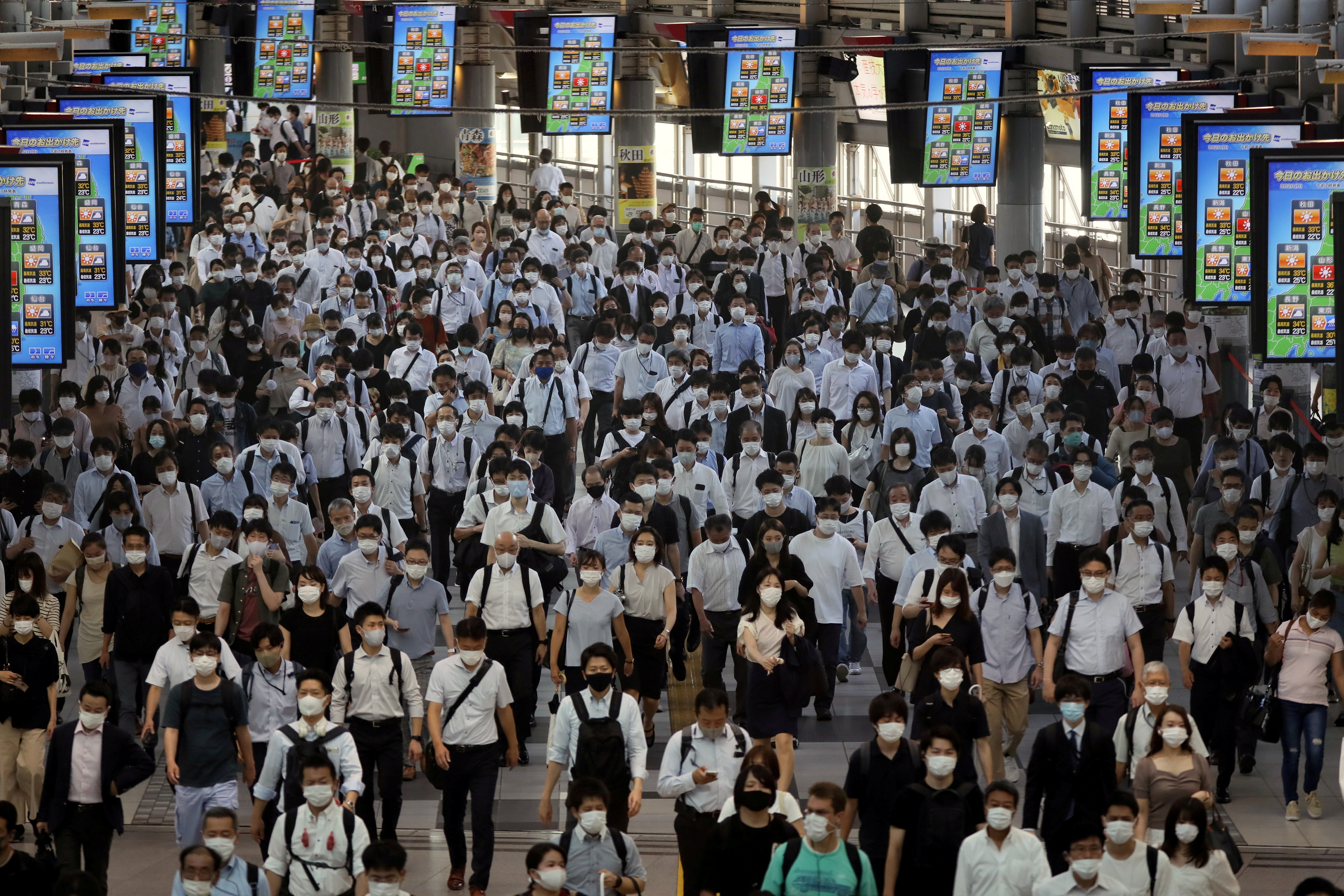 Commuters wearing face masks arrive at Shinagawa Station at the start of the working day amid the coronavirus disease (COVID-19) outbreak, in Tokyo, Japan, August 2, 2021 .REUTERS/Kevin Coombs     TPX IMAGES OF THE DAY