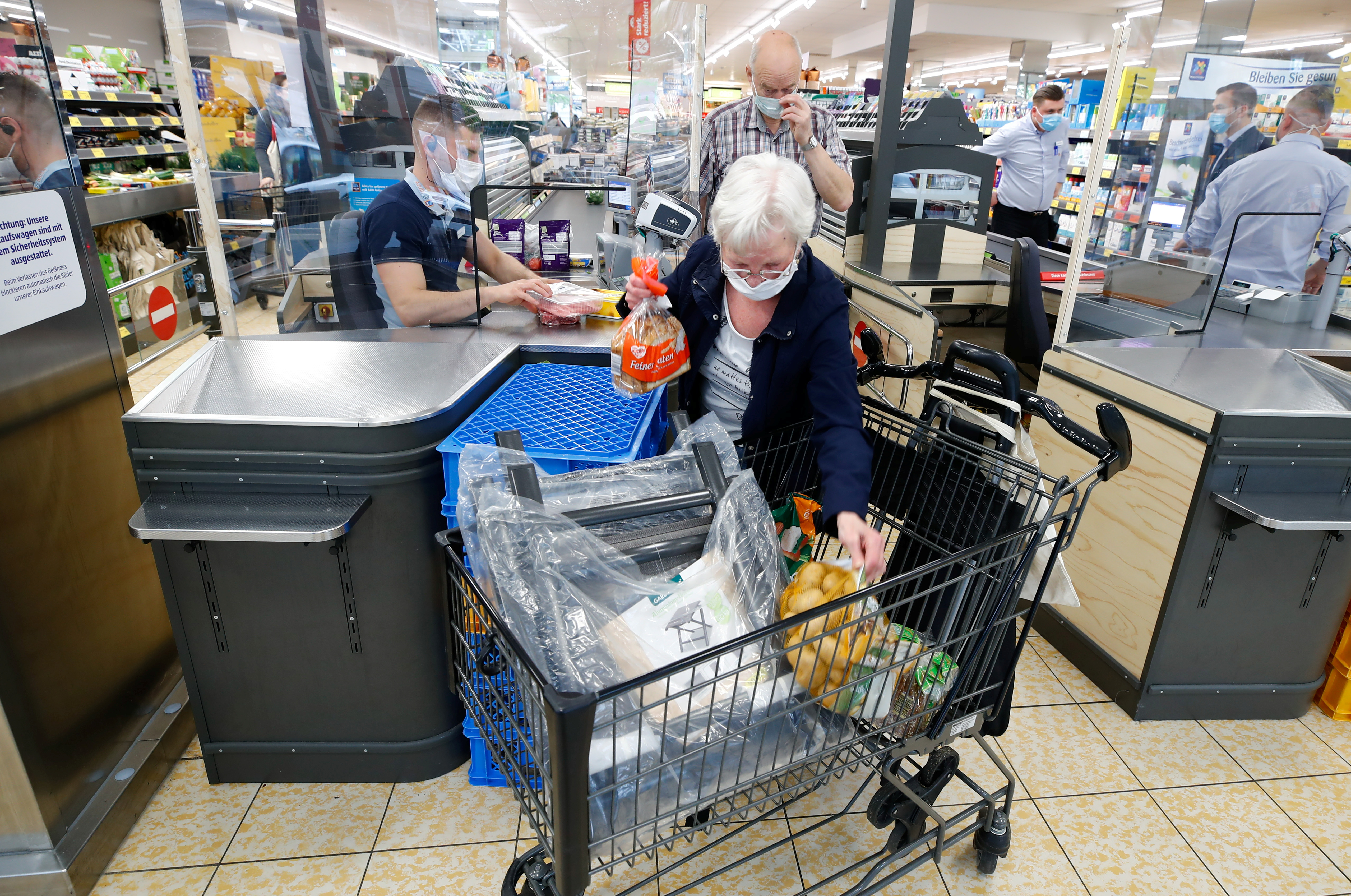 Customers at the food discounter ALDI buy groceries, as the spread of coronavirus disease (COVID-19) continues, in Duesseldorf, Germany, April 29, 2020. REUTERS/Wolfgang Rattay/File Photo