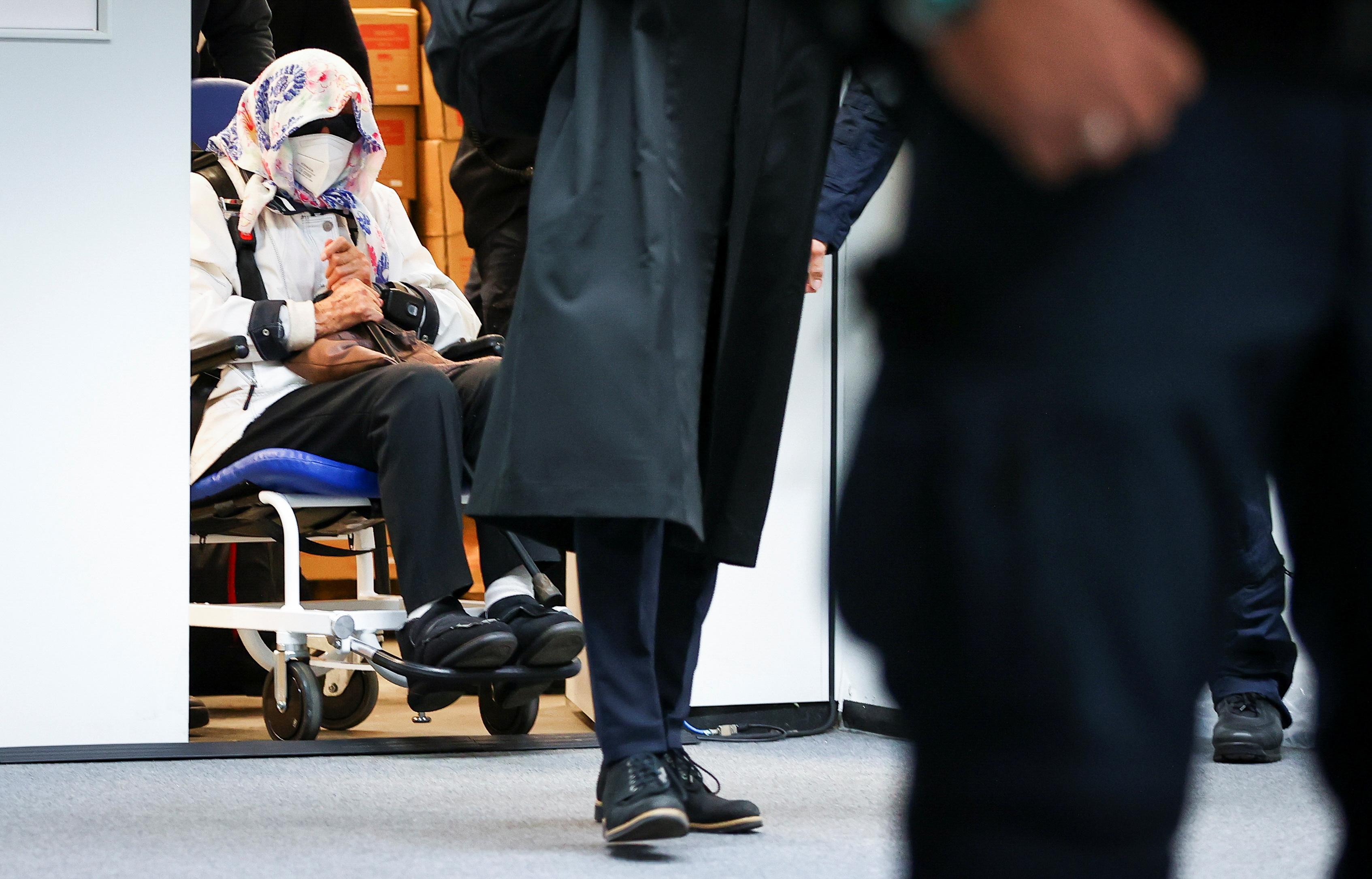 Irmgard Furchner, 'n 96-jarige voormalige sekretaris van die SS-bevelvoerder van die Stutthof-konsentrasiekamp, kom aan die begin van haar verhoor in 'n rolstoel in 'n hofsaal in Itzehoe, Duitsland, 19 Oktober 2021. Christian Charisius/Pool via REUTERS