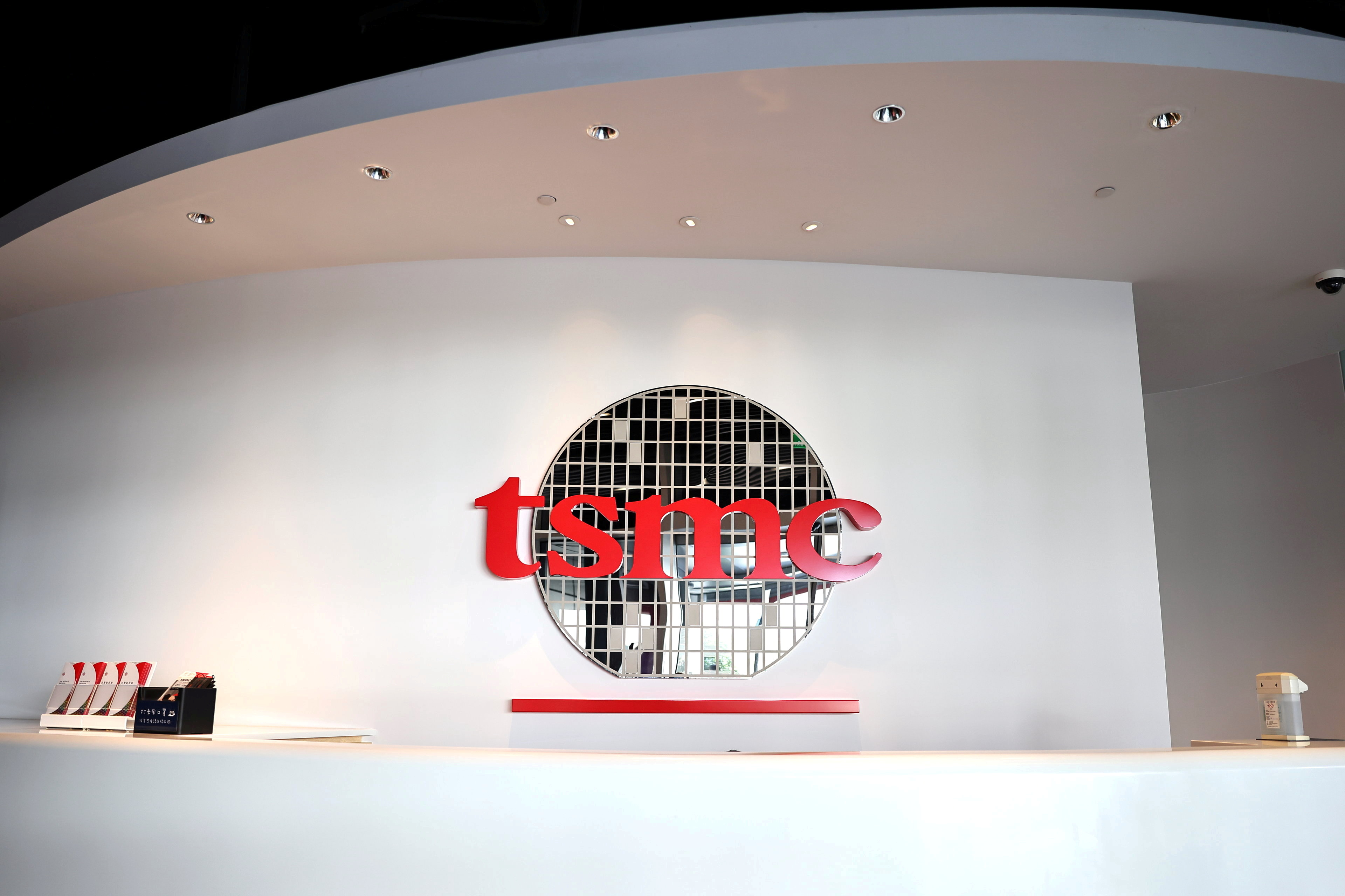 The logo of Taiwan Semiconductor Manufacturing Co (TSMC) is pictured at its headquarters in Hsinchu, Taiwan, January 19, 2021. REUTERS/Ann Wang/File Photo  GLOBAL BUSINESS WEEK AHEAD