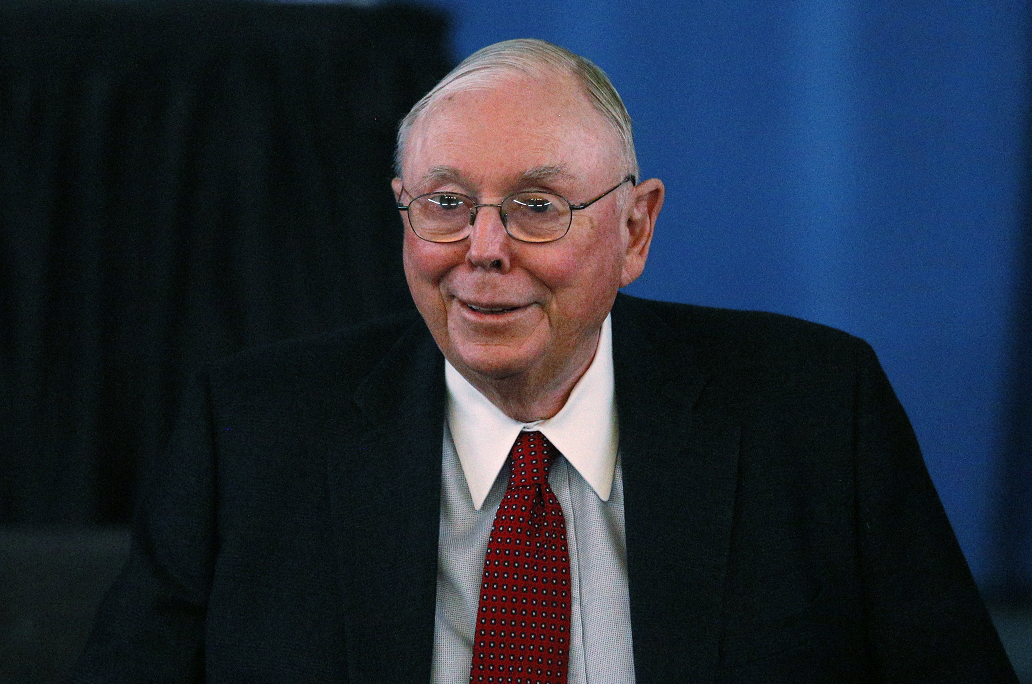 Berkshire Hathaway Vice Chairman Charlie Munger arrives to begin the company's annual meeting in Omaha May 4, 2013. REUTERS/Rick Wilking