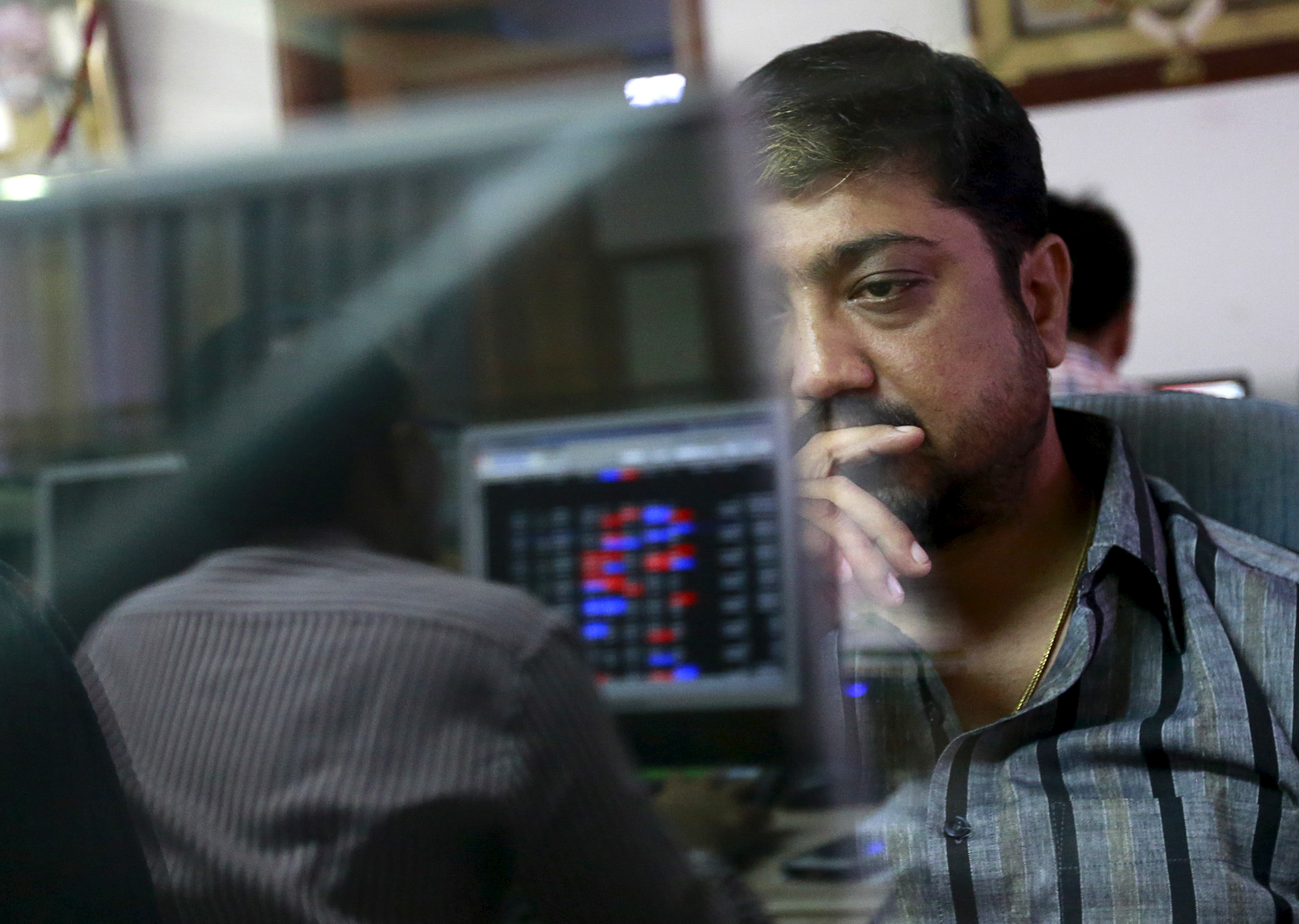 A broker reacts while trading at his computer terminal at a stock brokerage firm in Mumbai, India, August 24, 2015. REUTERS/Danish Siddiqui