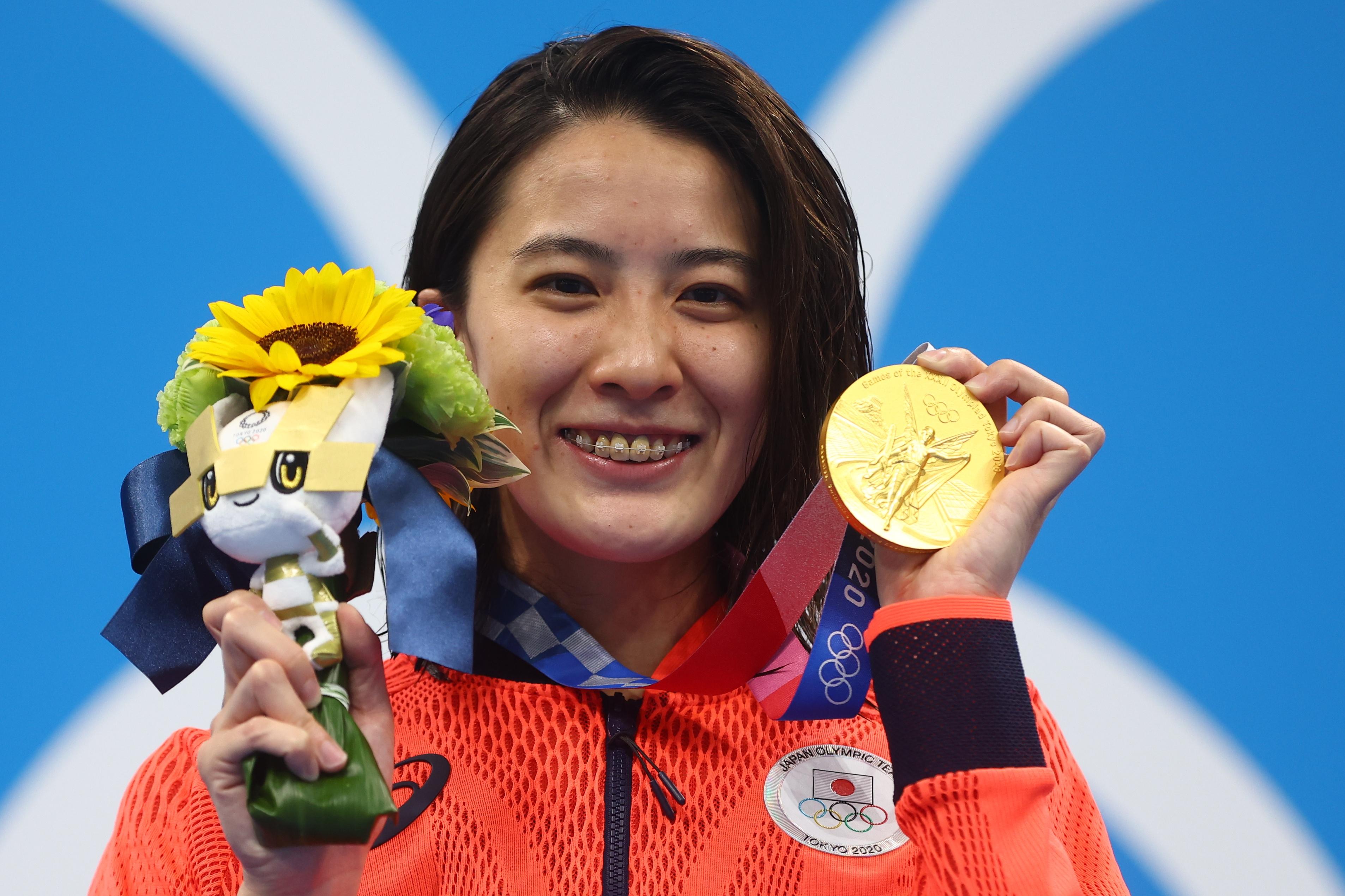 Tokyo 2020 Olympics - Swimming - Women's 200m Individual Medley - Medal Ceremony - Tokyo Aquatics Centre - Tokyo, Japan - July 28, 2021. Yui Ohashi of Japan poses with her gold medal REUTERS/Kai Pfaffenbach