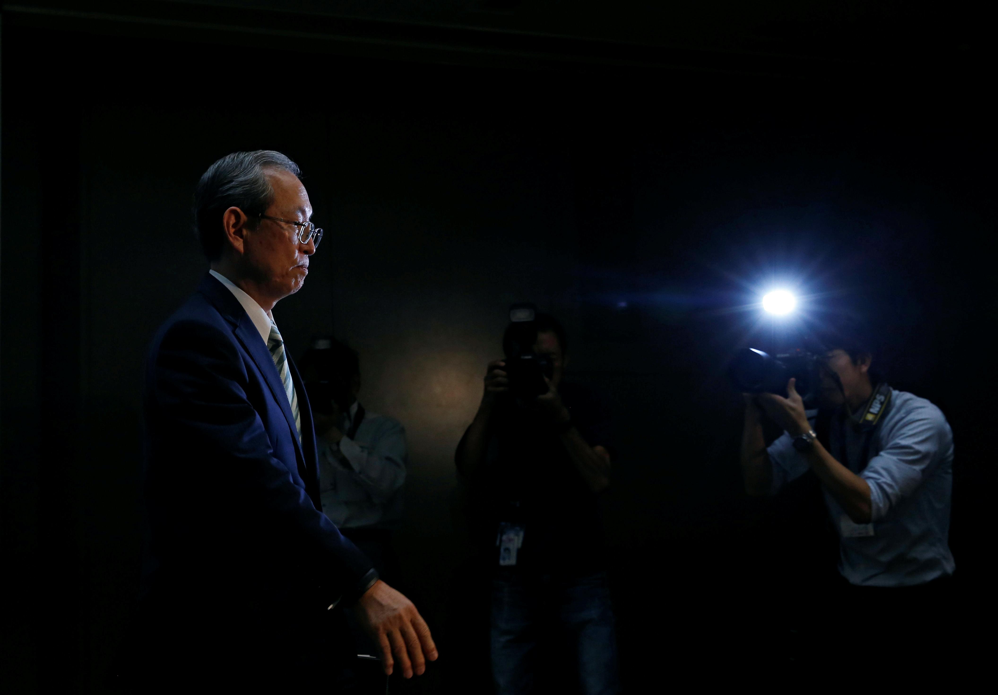 Toshiba Corp CEO Satoshi Tsunakawa leaves a news conference at the company's headquarters in Tokyo, Japan, August 10, 2017.    REUTERS/Toru Hanai