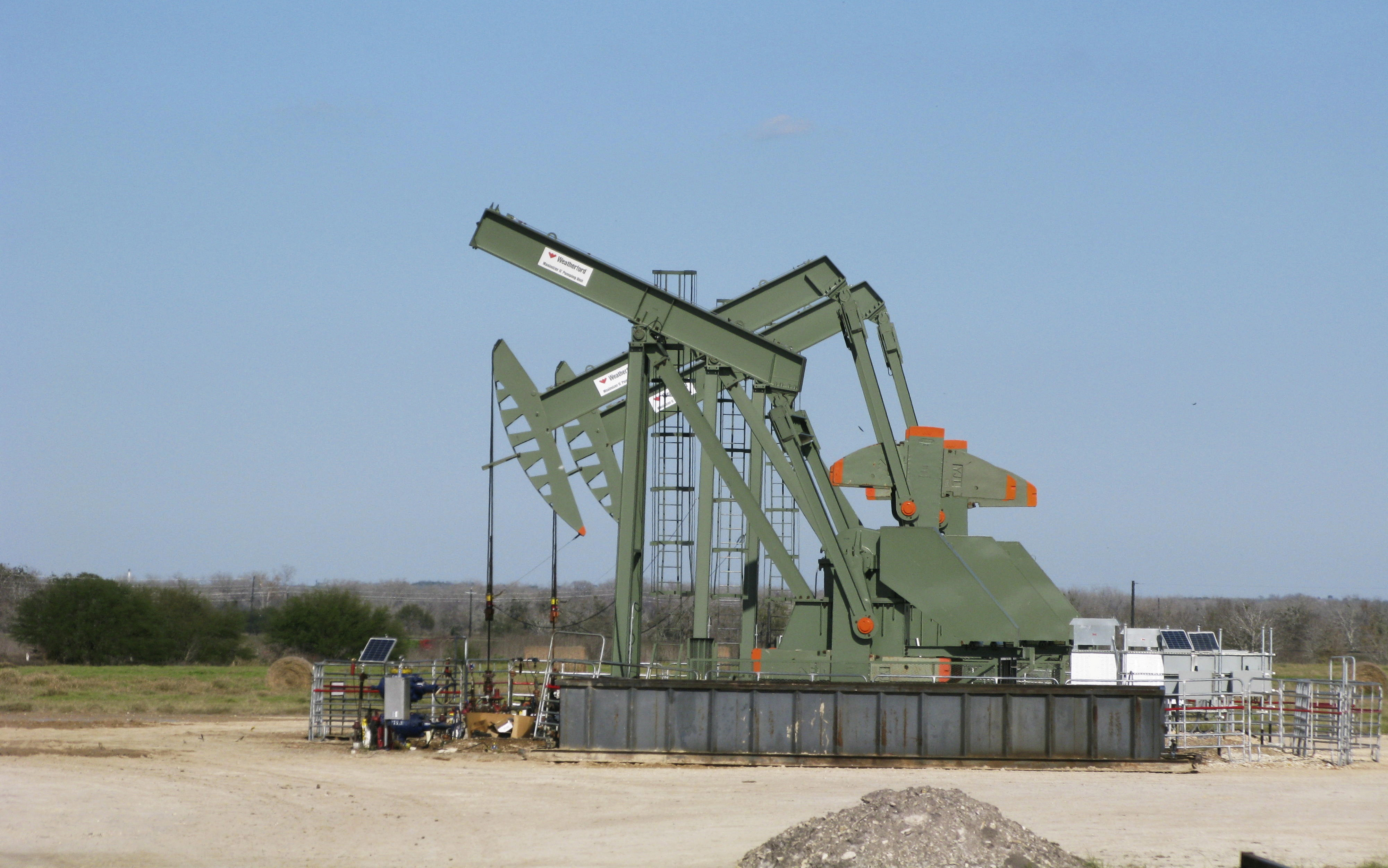 A pump jack stands idle in Dewitt County, Texas January 13, 2016.   REUTERS/Anna Driver/File Photo