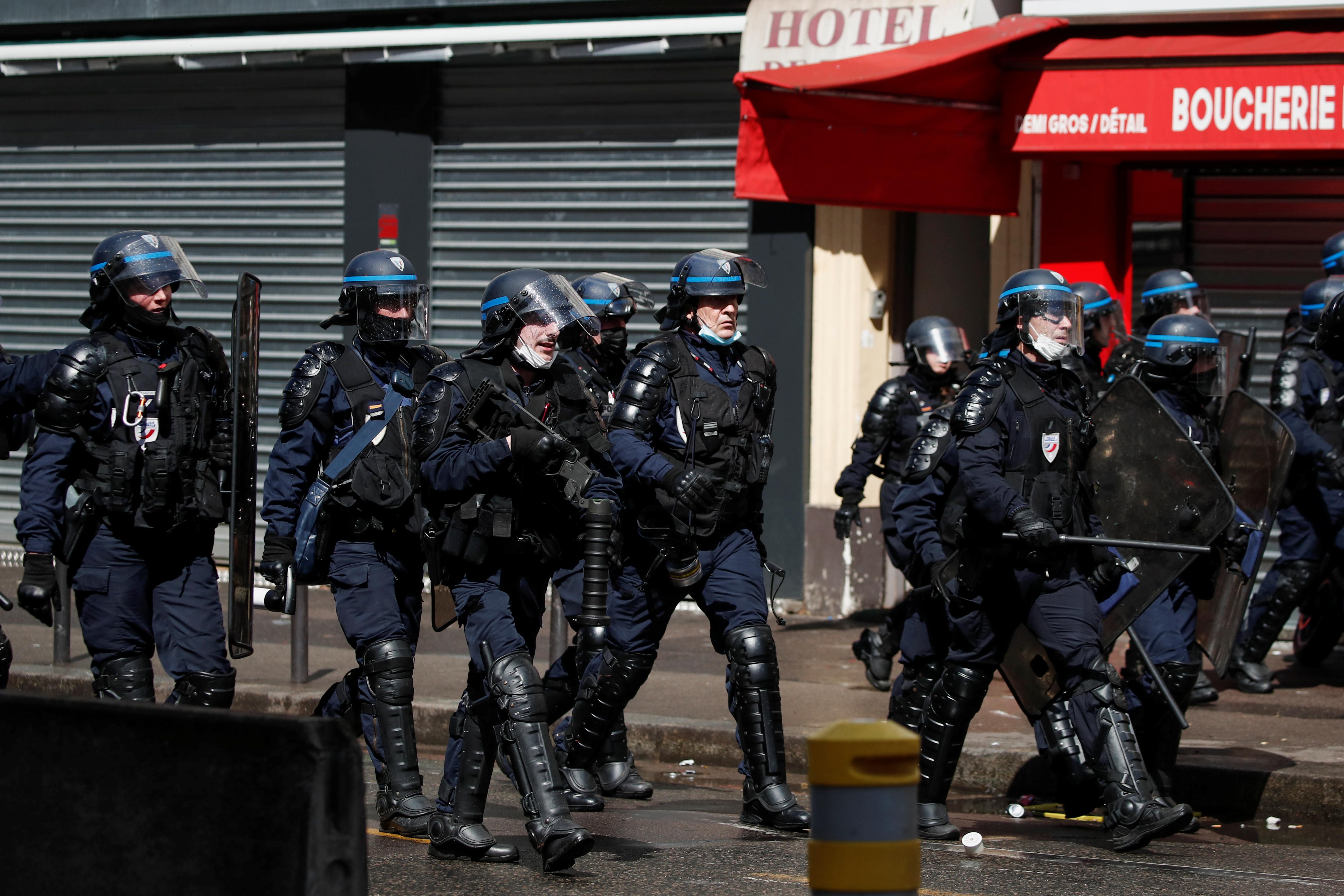 15 წლის 2021 მაისს, პარიზში, ისრაელ-პალესტინელთა ძალადობის შედეგად, პალესტინელების მხარდასაჭერად საპროტესტო აქციის დროს პოლიციელები დადიან ქუჩაში. REUTERS / Benoit Tessier