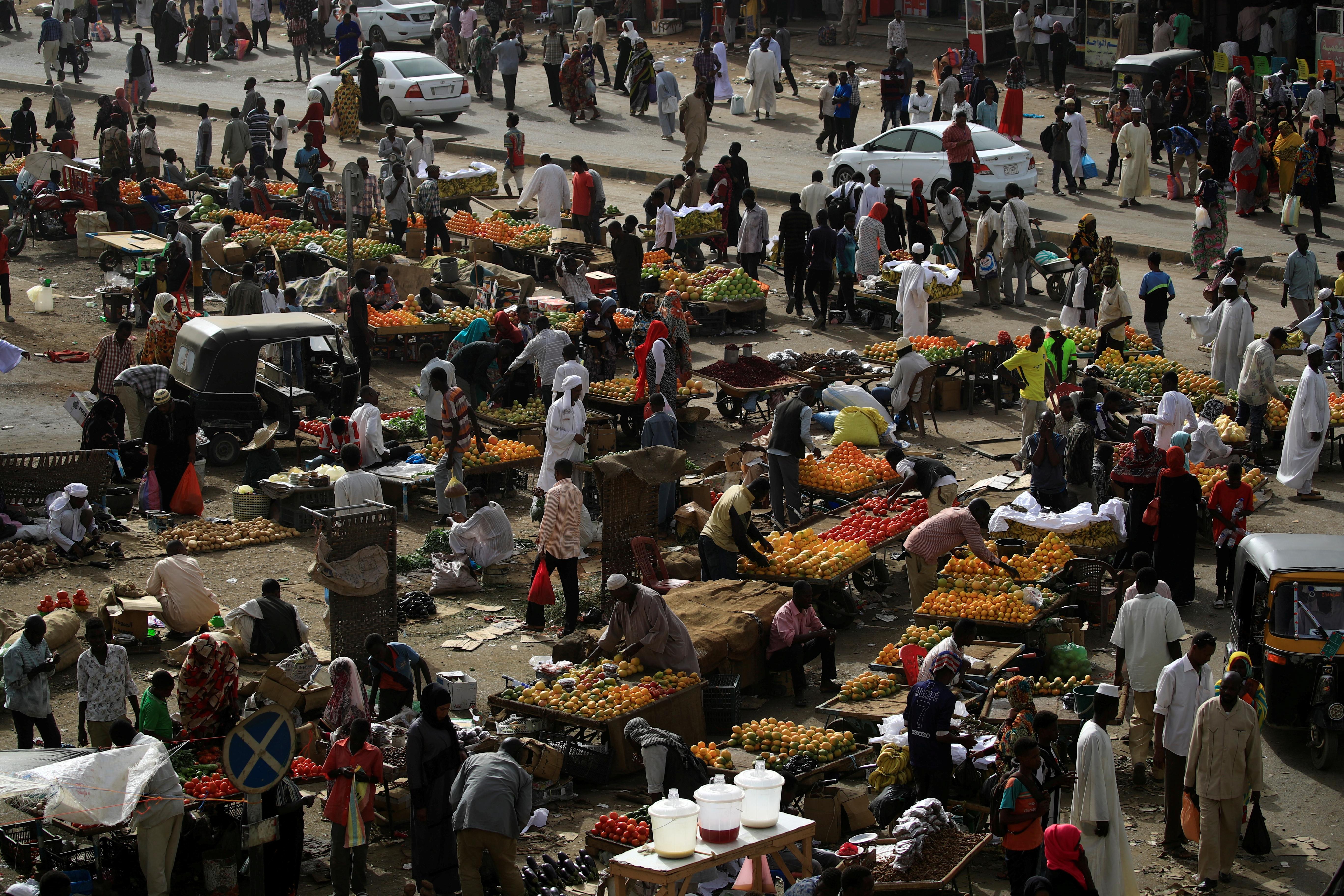 Sudanese residents shop in a bazaar in Khartoum, Sudan, May 4, 2019. REUTERS/Umit Bektas/File Photo