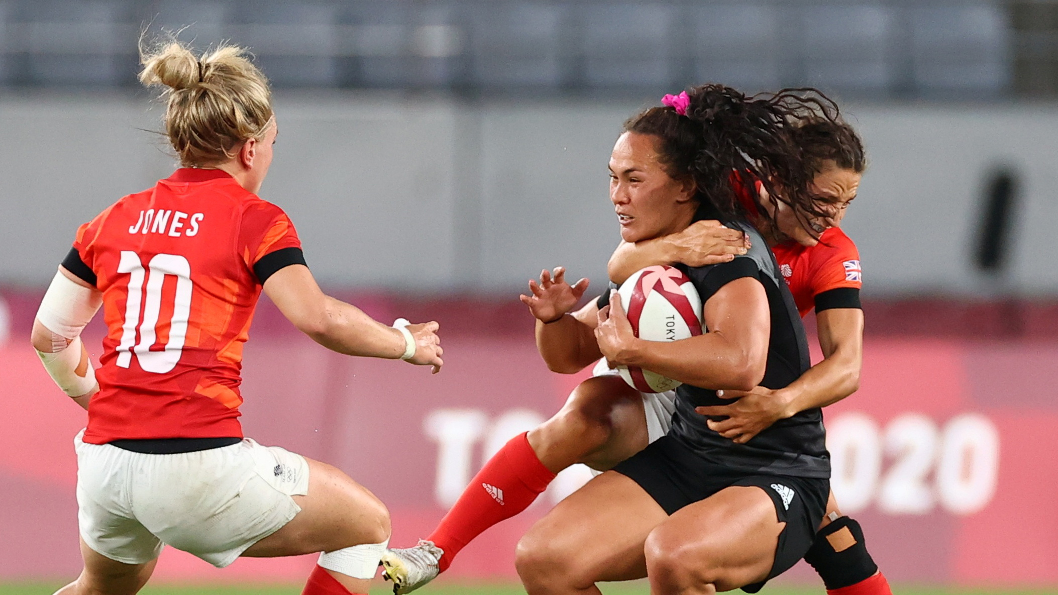 Tokyo 2020 Olympics - Rugby Sevens - Women - Pool A - New Zealand v Britain - Tokyo Stadium - Tokyo, Japan - July 29, 2021. Jasmine Joyce of Britain in action with Portia Woodman of New Zealand. REUTERS/Andrew Boyers