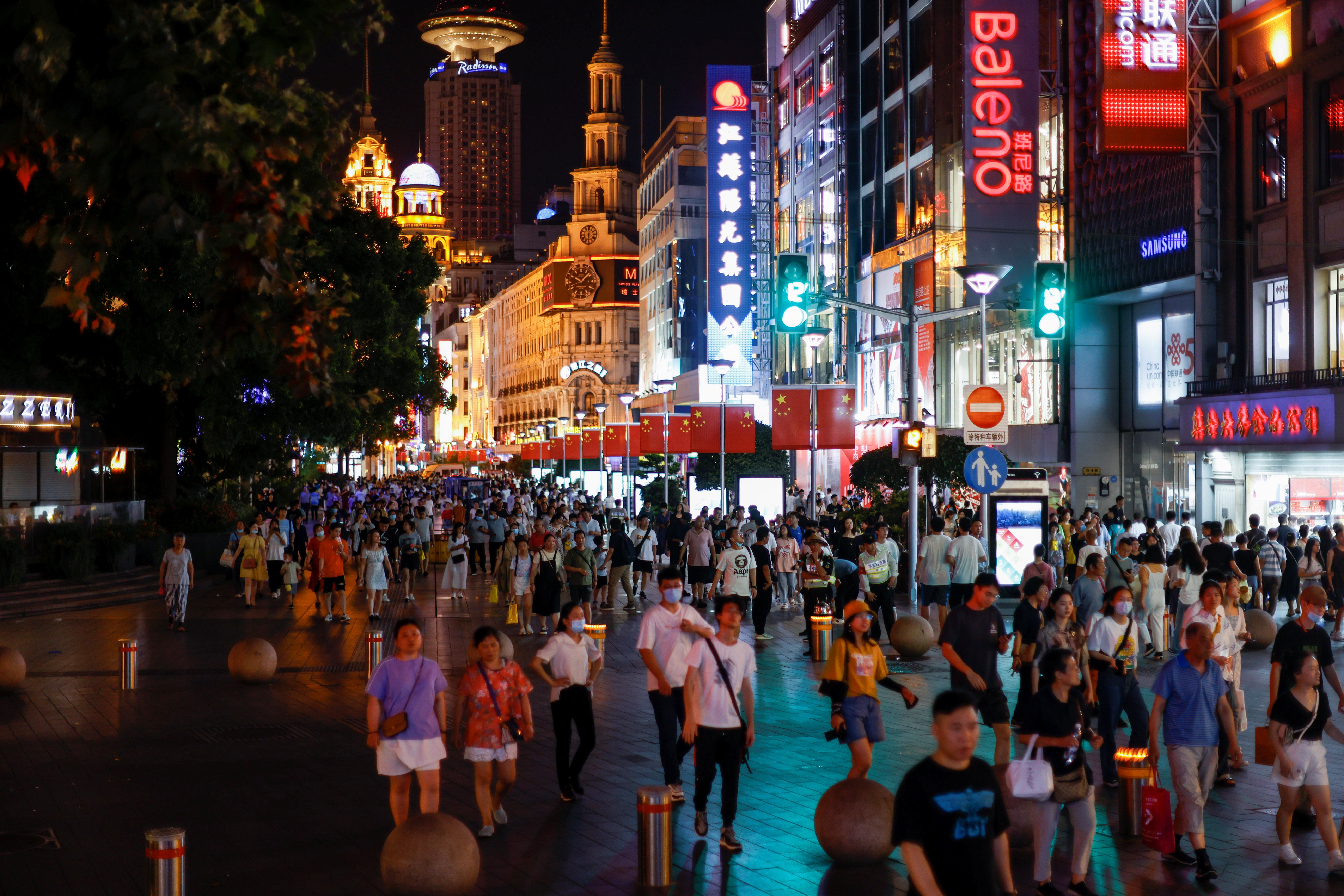 Mọi người ghé thăm một khu vực mua sắm chính ở Thượng Hải, Trung Quốc ngày 12 tháng 7 năm 2021. Ảnh chụp ngày 12 tháng 7 năm 2021. REUTERS / Aly Song / Files
