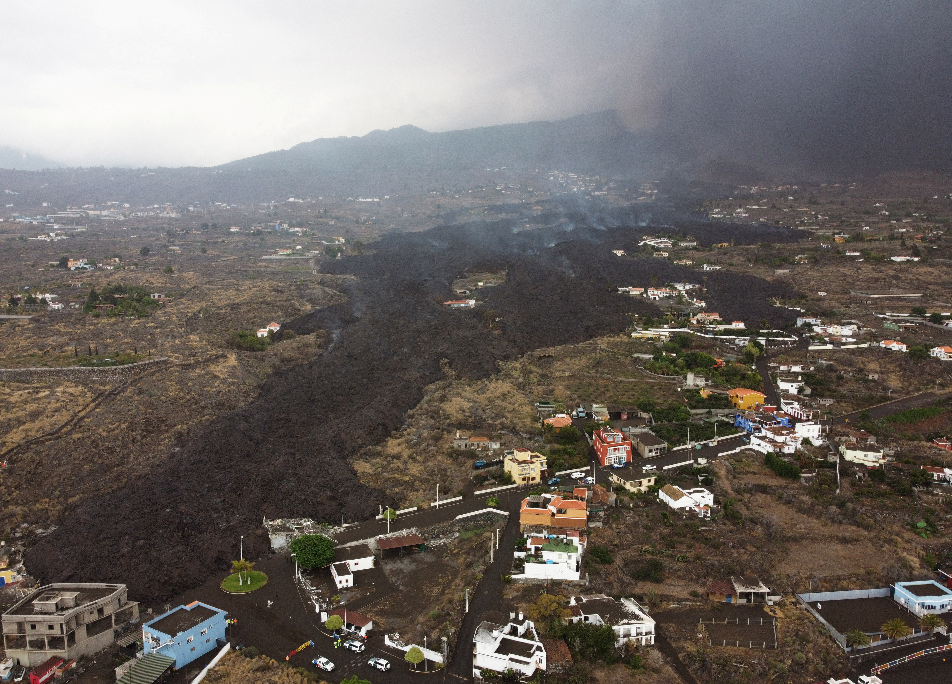 Smoke rises from an erupting volcano in the Cumbre Vieja national park at Los Llanos de Aridane, on the Canary Island of La Palma, Spain September 22, 2021. Picture taken with drone. REUTERS/Nacho Doce