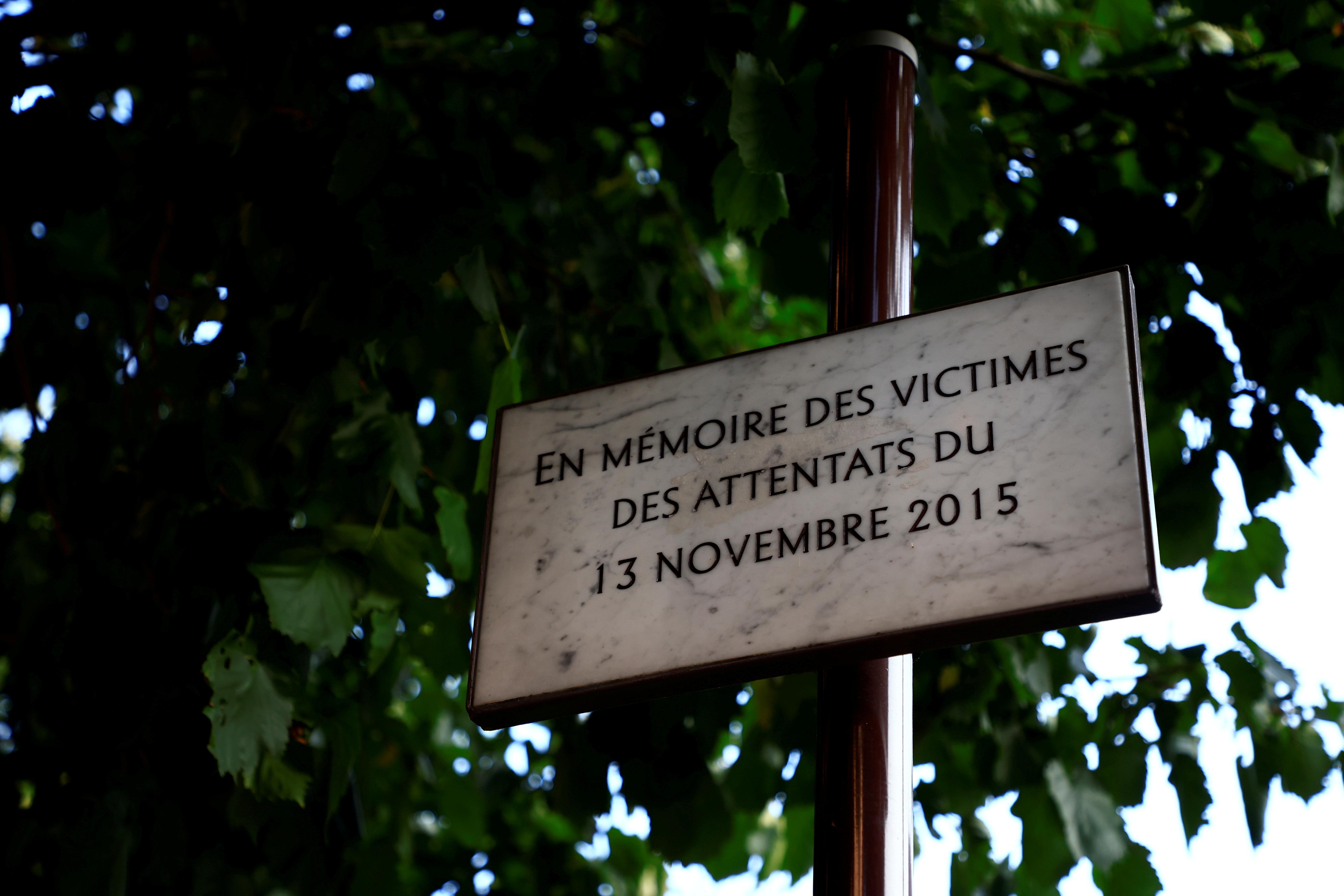 En minnetavle for ofrene for Paris 'angrep i november 2015 i Paris ses i nærheten av baren og restauranten som tidligere het Comptoir Voltaire i Paris, Frankrike, 1. september 2021. Tjue tiltalte vil stå for retten mot Paris' angrep fra november 2015 fra 8. september 2021 til 25. mai 2022 i Paris tinghus på Ile de la Cite, med nesten 1,800 sivile parter, mer enn 300 advokater, hundrevis av journalister og store sikkerhetsutfordringer. Bilde tatt 1. september 2021. REUTERS/Sarah Meyssonnier/File Photo