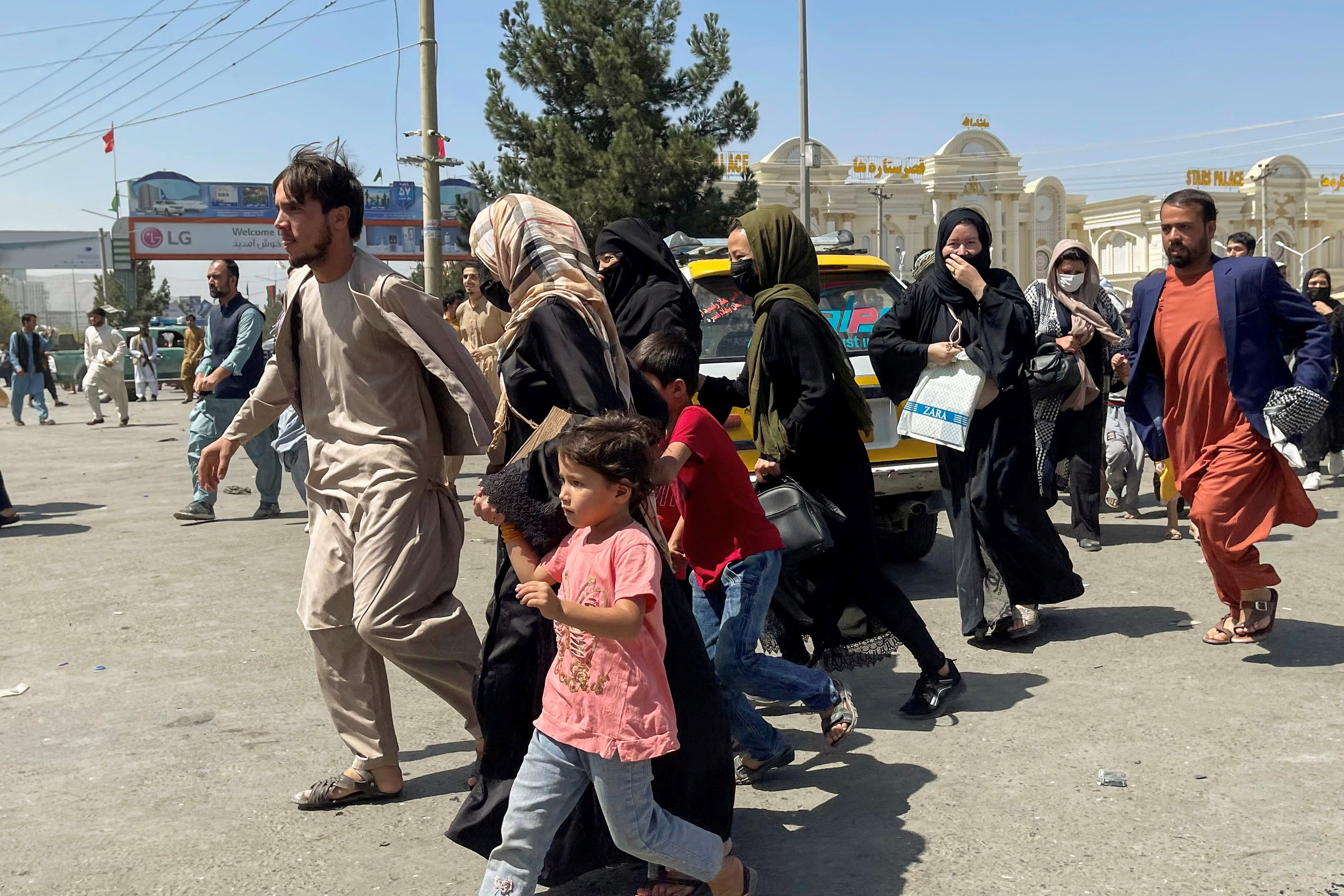 People try to enter Hamid Karzai International Airport in Kabul, Afghanistan, on August 16, 2021. REUTERS / Stringer