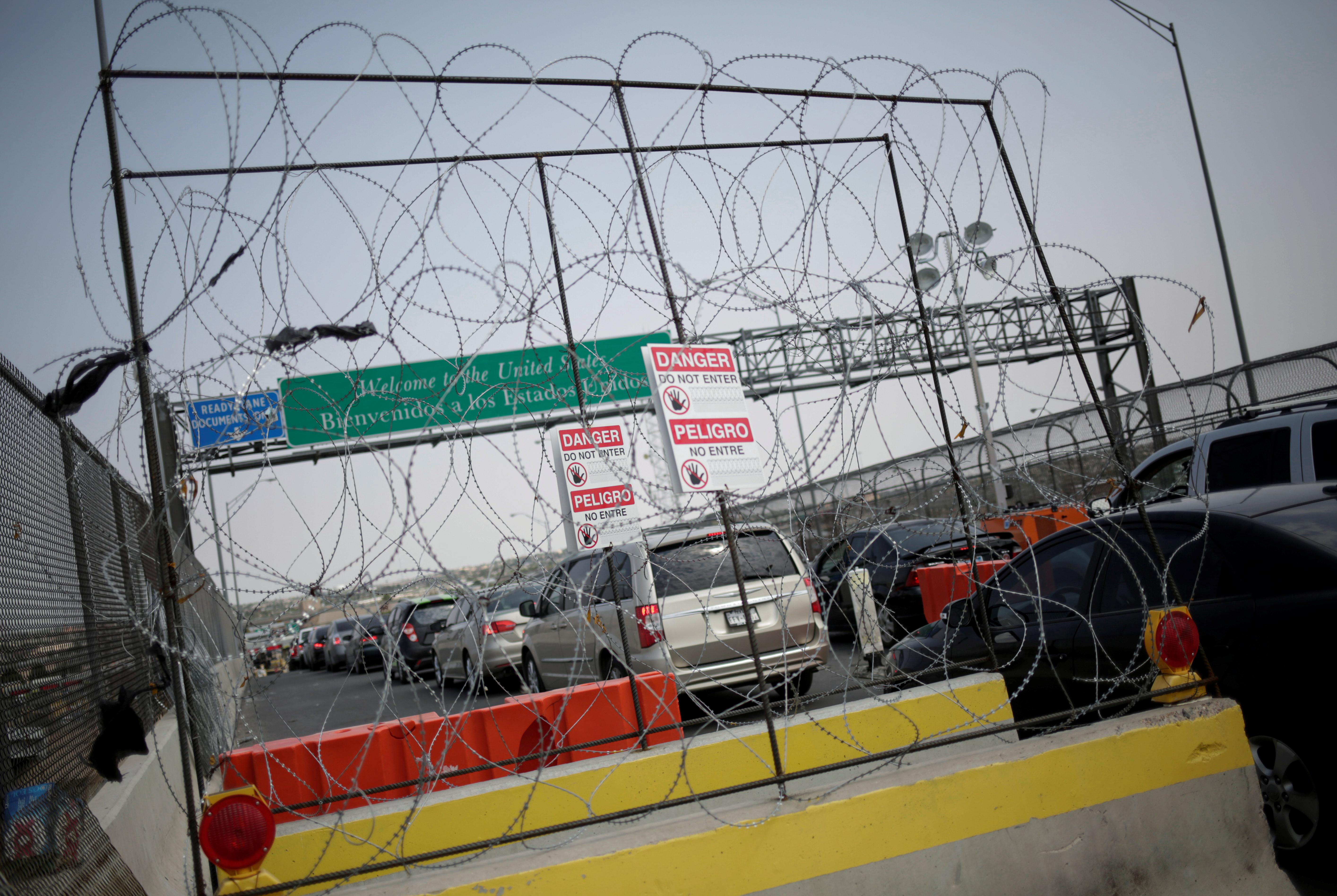 Cars stand in line at the Cordova International Bridge at the Mexico-U.S. border to enter into El Paso, Texas, in Ciudad Juarez, Mexico August 24, 2020. REUTERS/Jose Luis Gonzalez/File Photo