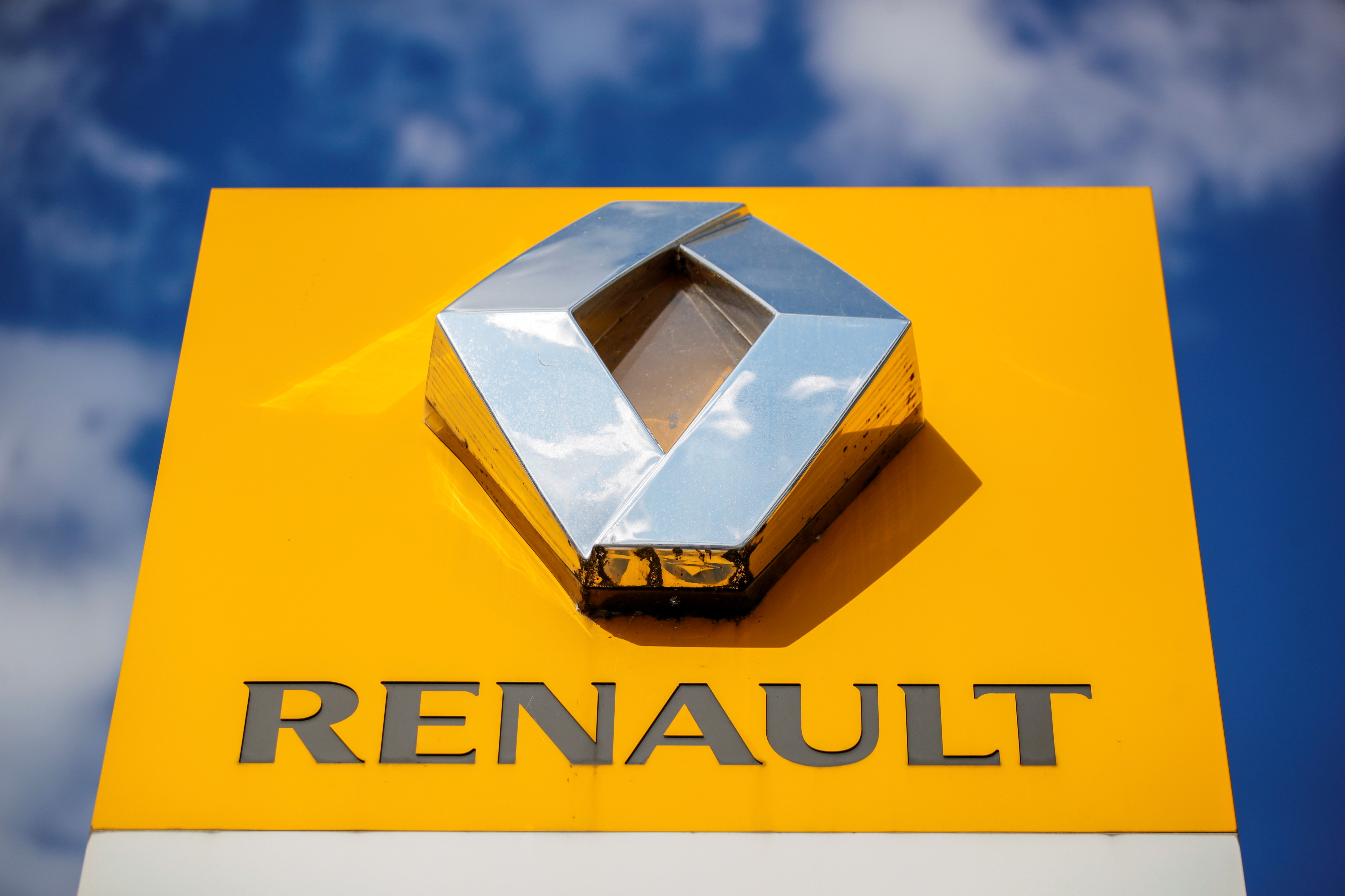 The logo of carmaker Renault is seen at a dealership in Paris, France, August 15, 2021. REUTERS/Sarah Meyssonnier