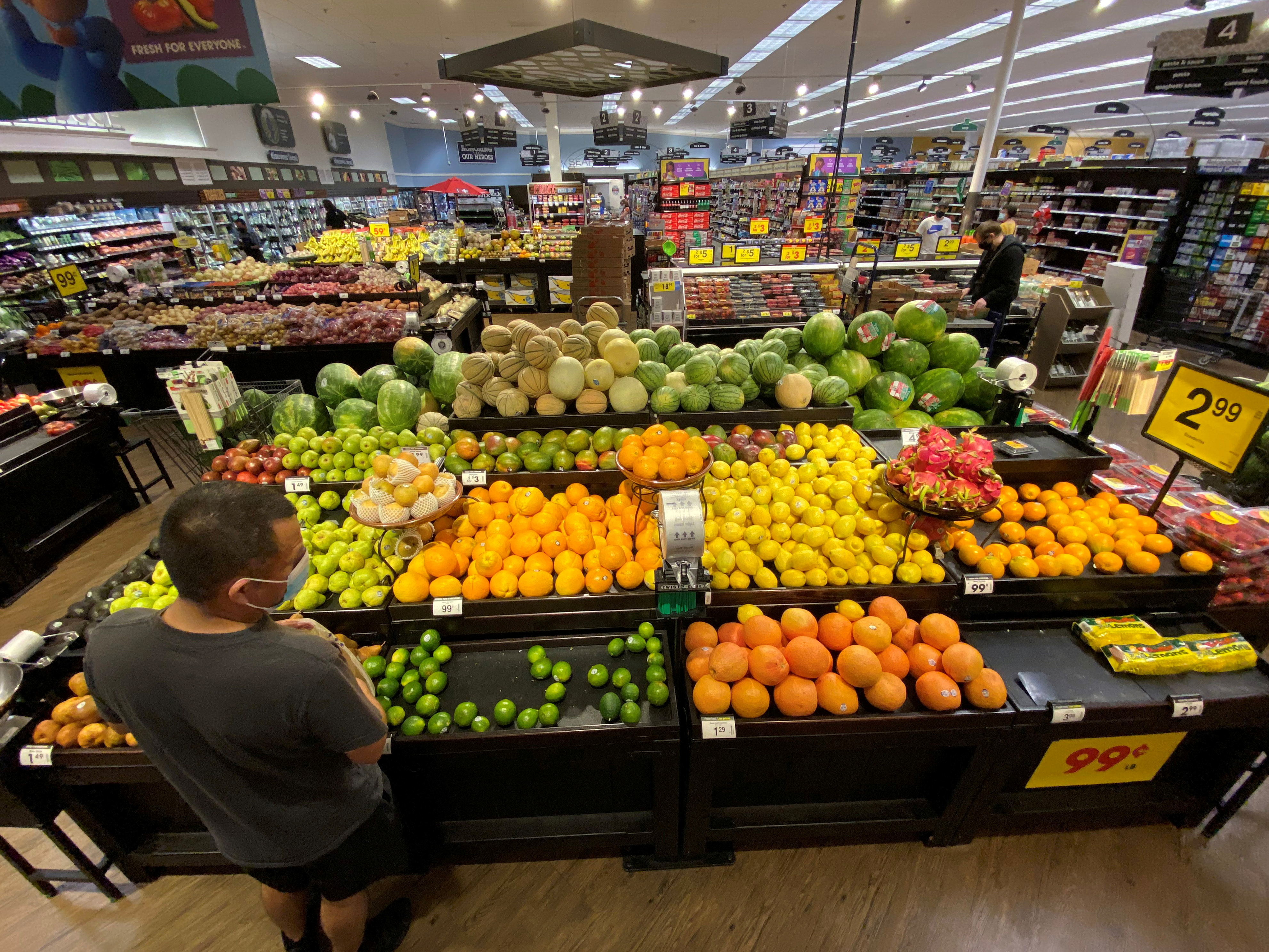 A shopper browses for fruits at a Ralphs grocery store in Pasadena, California, U.S., June 11, 2020. REUTERS/Mario Anzuoni/File Photo