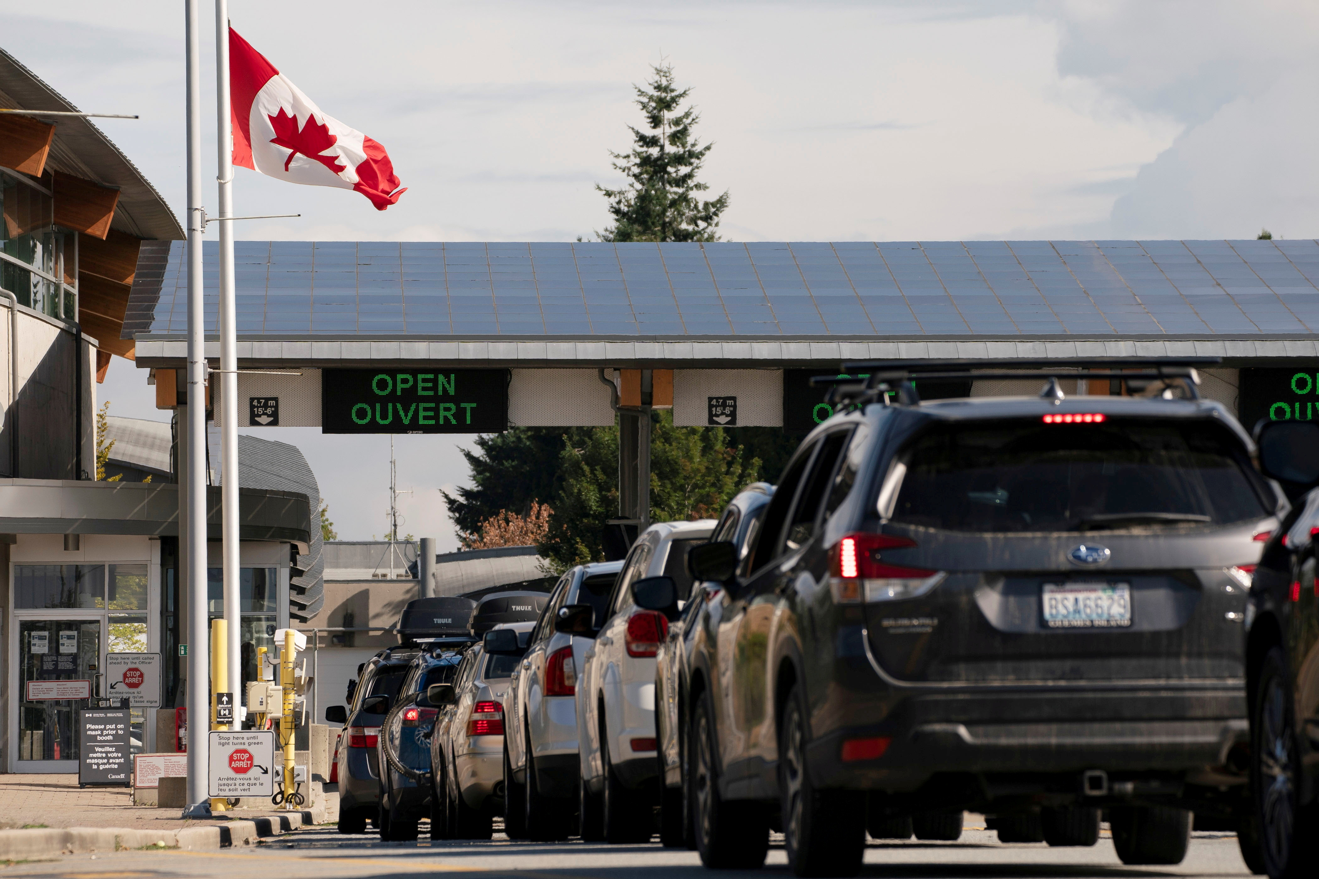 People cross the U.S.-Canadian border after Canada opened the border to vaccinated Americans in Blaine, Washington, U.S., August 9, 2021.  REUTERS/David Ryder