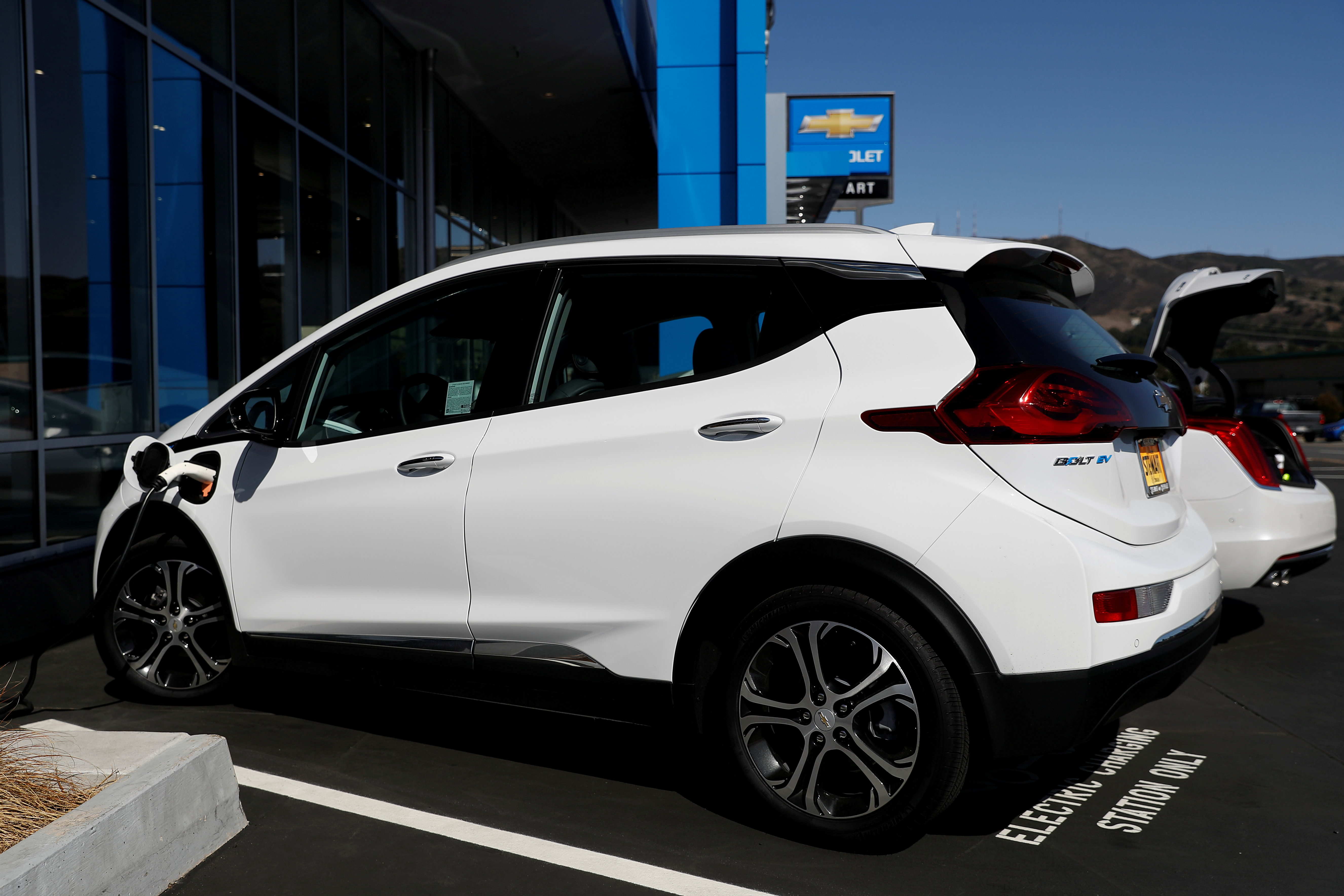 A Chevrolet Bolt electric vehicle is seen at Stewart Chevrolet in Colma, California, U.S., October 3, 2017. REUTERS/Stephen Lam/File Photo