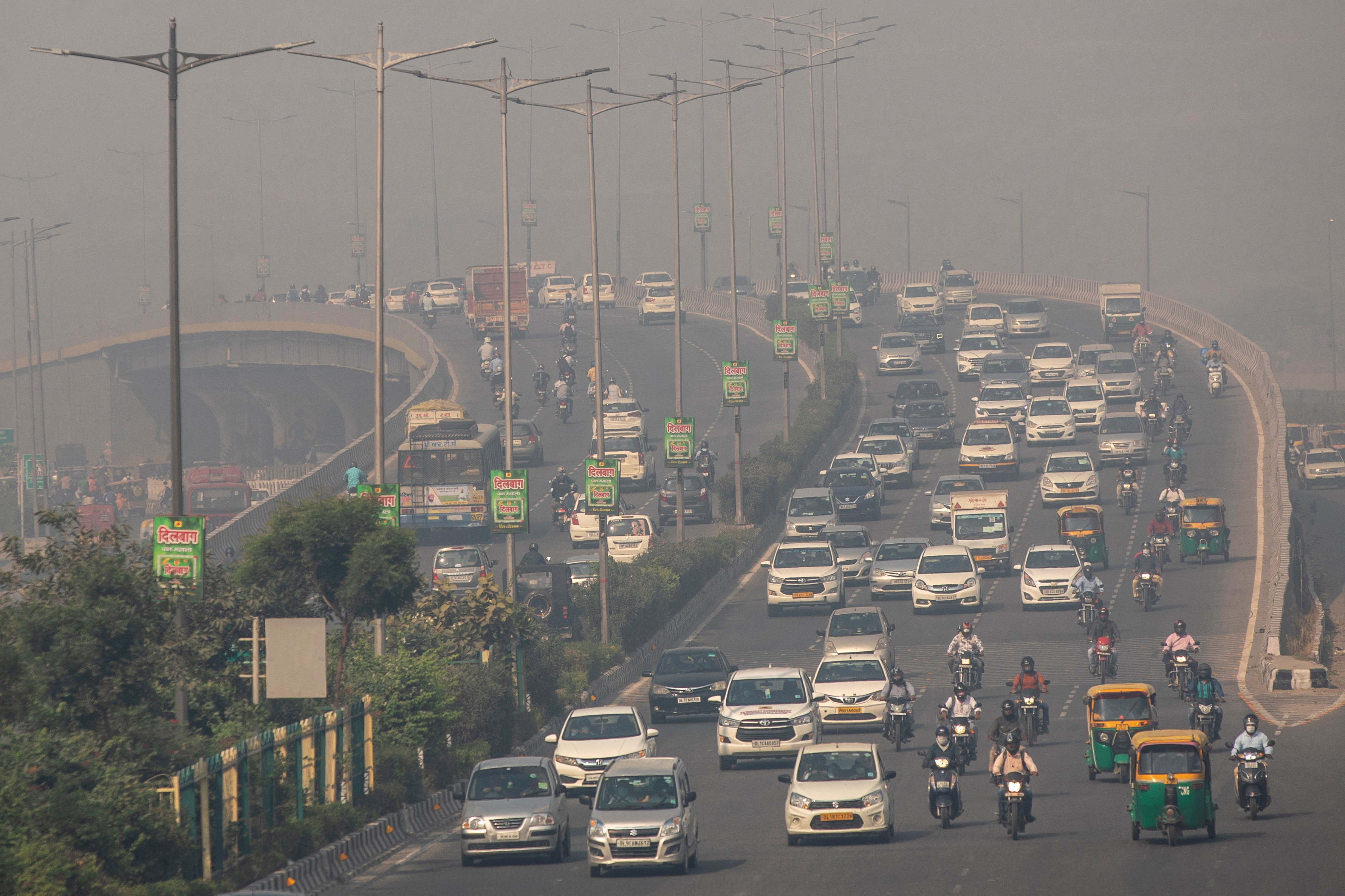 Traffic moves on a smoggy morning in New Delhi, India, October 23, 2020. REUTERS/Danish Siddiqui/File Photo