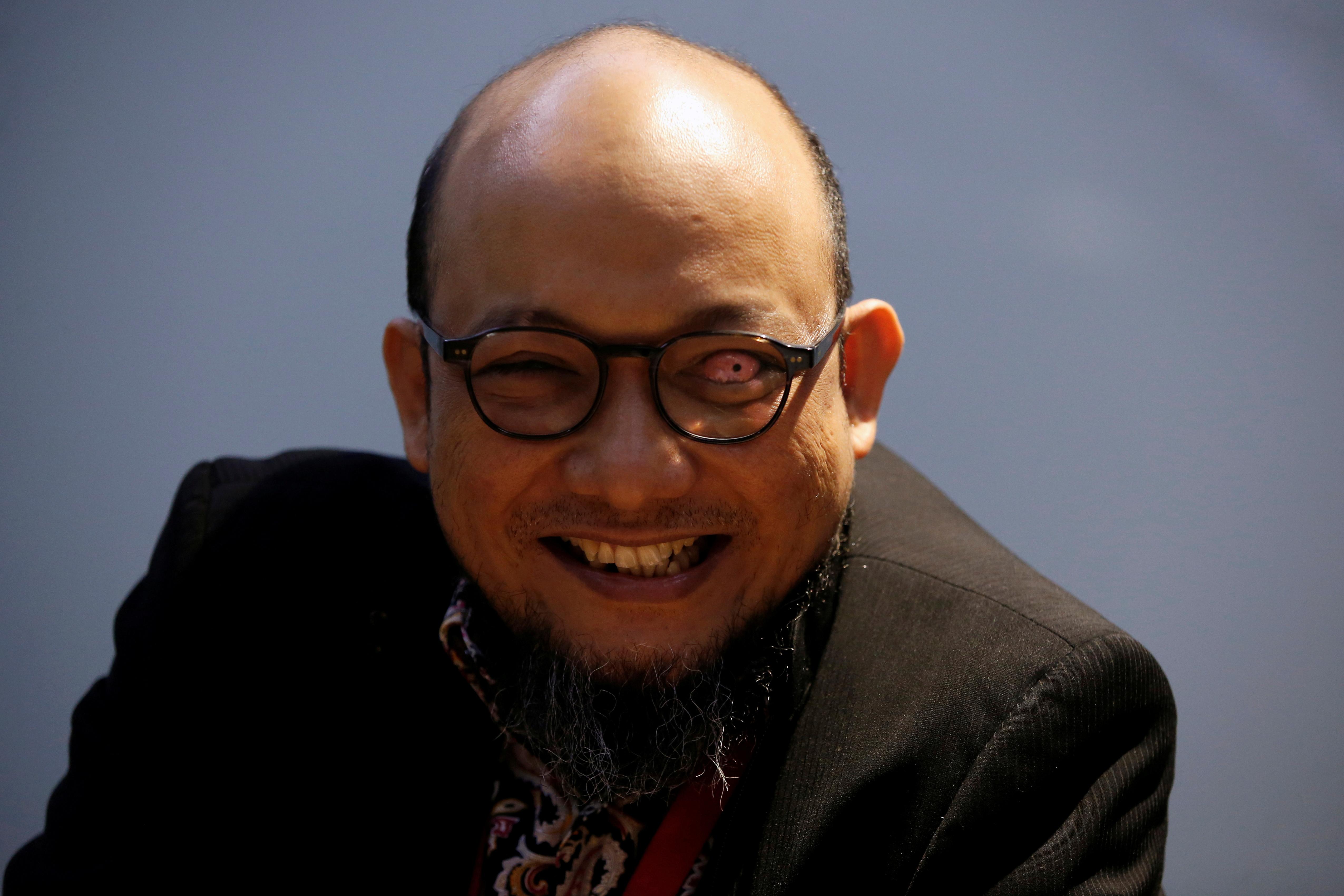 Novel Baswedan, penyidik senior KPK yang terkena air asam di wajahnya pada tahun 2017, tersenyum saat diwawancarai di markas Komisi Pemberantasan Korupsi KPK di Jakarta, Indonesia, 6 Desember 2019 REUTERS/Willy Kurniawan