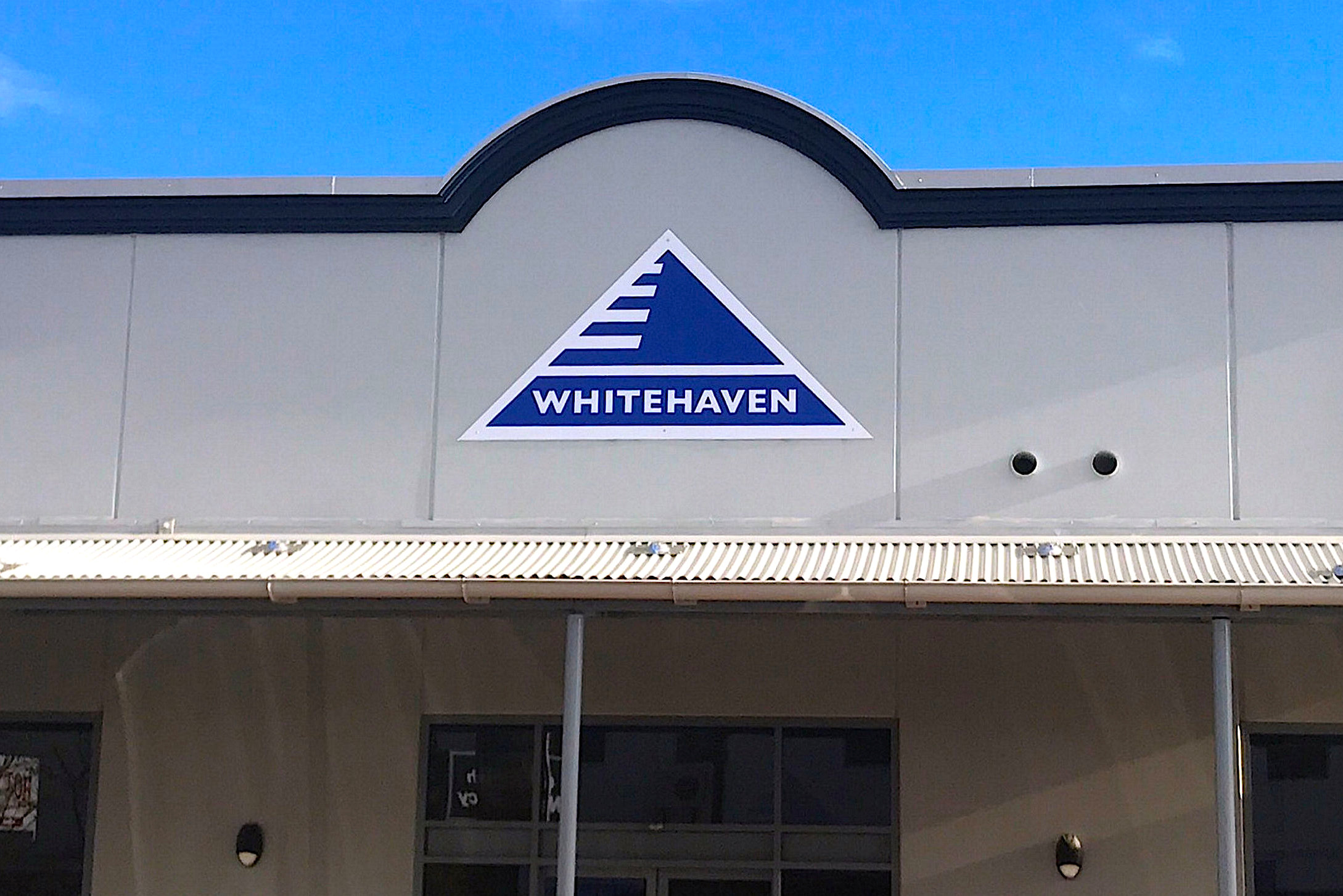 The logo of Australia's biggest independent coal miner Whitehaven Coal Ltd is displayed on their office building located in the north-western New South Wales town of Gunnedah in Australia, August 15, 2017. REUTERS/David Gray