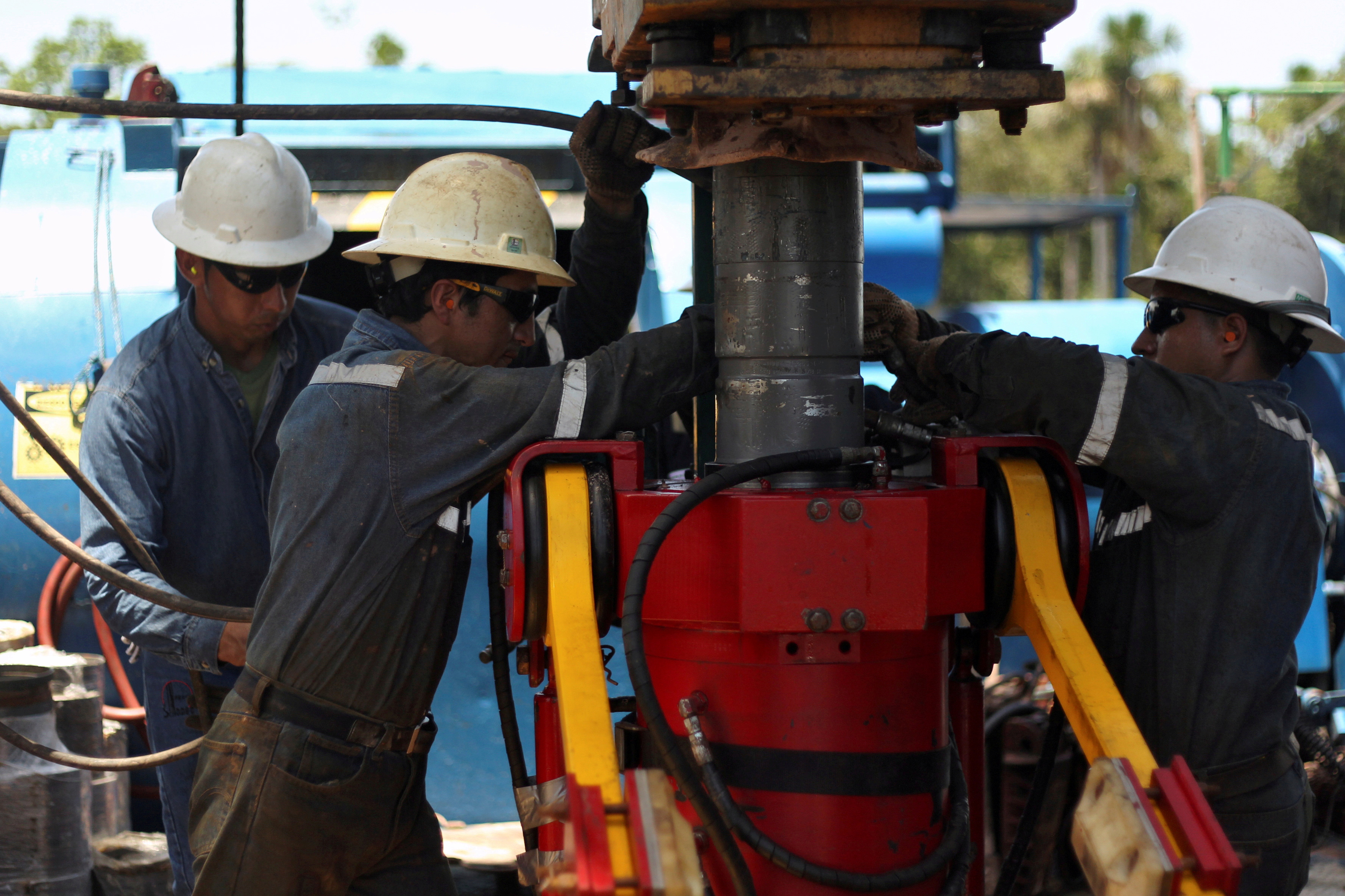 Oil field technicians work with a drill at a rig of Ecuador's state oil company Petroamazonas, in Tiputini, Ecuador October 19, 2017. Picture taken October 19, 2017. REUTERS/Daniel Tapia/File Photo