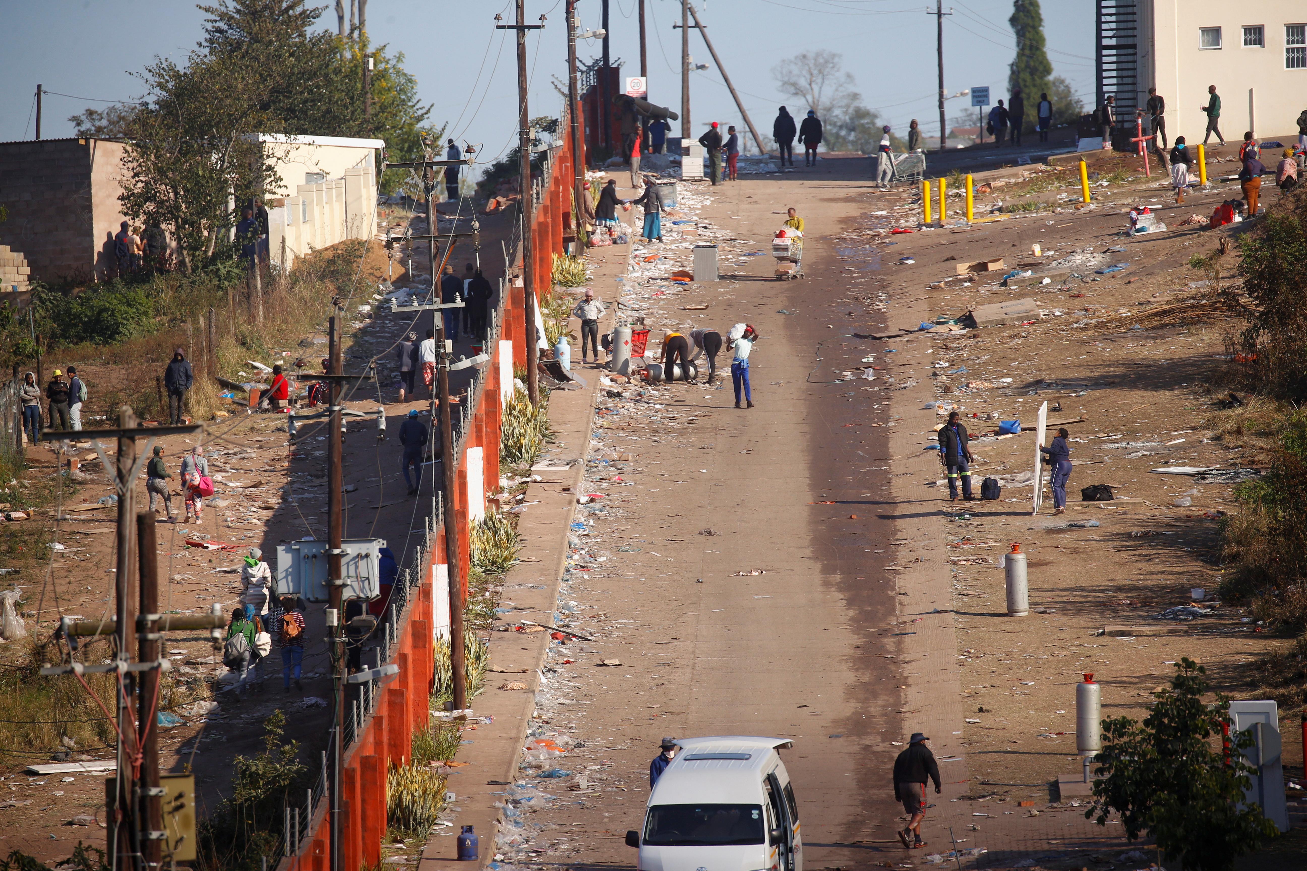 Ogólny widok ulicy po wybuchu przemocy po uwięzieniu byłego prezydenta RPA Jacoba Zumy w Hillcrest w RPA, 14 lipca 2021 r. REUTERS / Rogan Ward