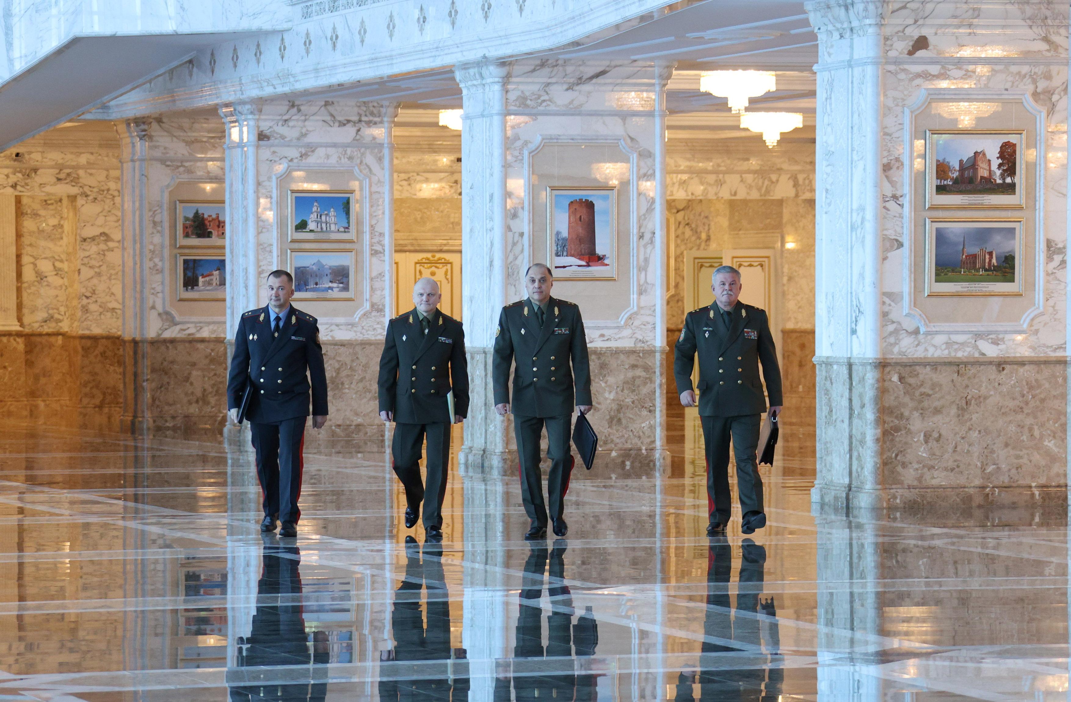 El jefe del Comité Estatal de Fronteras, Anatoly Lappo, el Secretario de Estado del Consejo de Seguridad de Bielorrusia, Alexander Volfovich, el Presidente del Comité de Seguridad del Estado, Ivan Tertel, y el Ministro del Interior de Bielorrusia, Ivan Kubrakov, camina para reunirse con el presidente bielorruso Alexander Lukashenko en Minsk, Bielorrusia Septiembre 27 de febrero de 2021. Maxim Guchek / BelTA / Handout via REUTERS