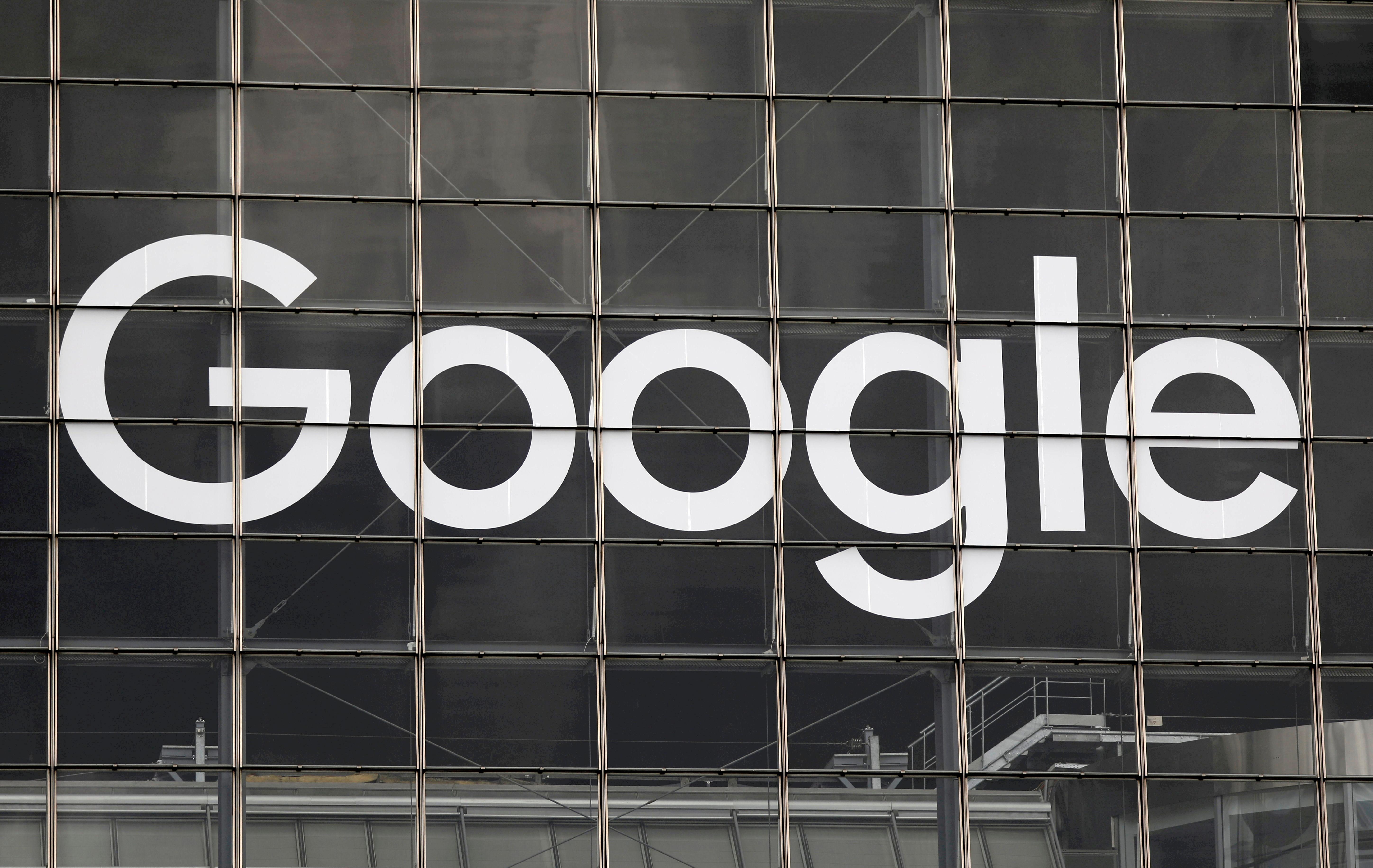 Googlov logotip je viden na stavbi v poslovnem in finančnem okrožju La Defense v kraju Courbevoie blizu Pariza v Franciji, 1. septembra 2020. REUTERS / Charles Platiau / File Photo