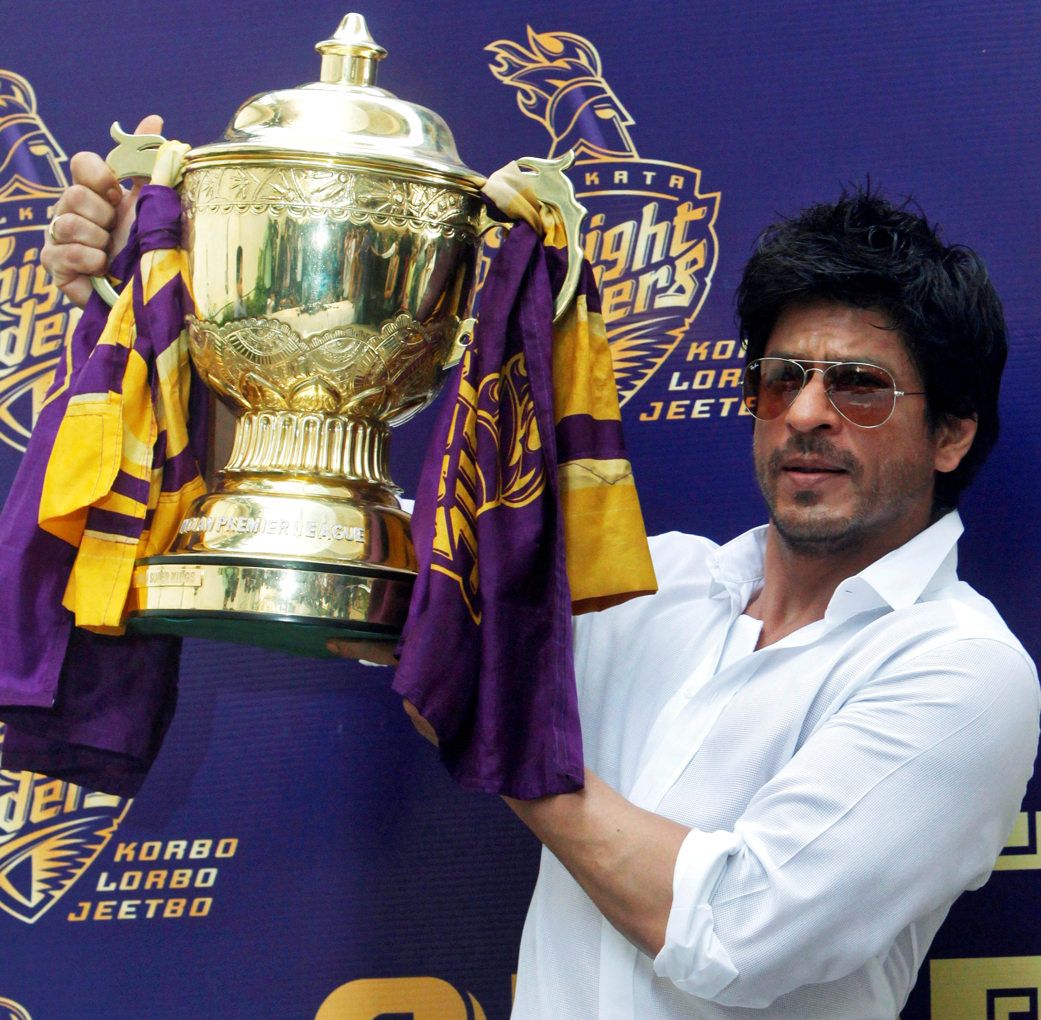 Bollywood actor Shah Rukh Khan displays the Indian Premier League (IPL) cricket trophy during a news conference at his residence in Mumbai May 30, 2012. Khan's Kolkata Knight Riders team won the 2012 IPL after defeating Chennai Super Kings on May 27. REUTERS/Vivek Prakash/File Photo