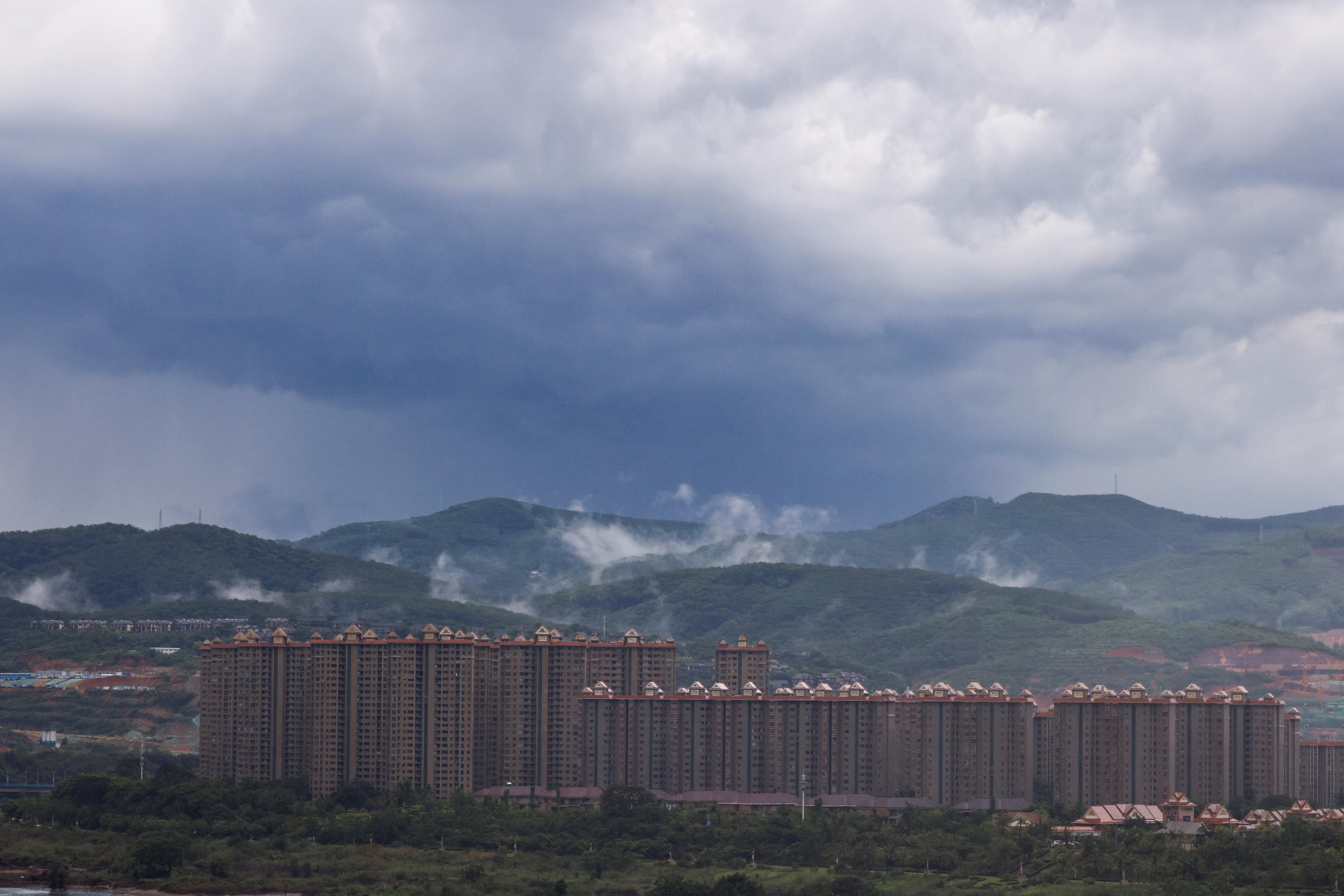 Một sự phát triển bất động sản mới đã ăn sâu vào rừng ở khu tự trị Xishuangbanna Dai, tỉnh Vân Nam, Trung Quốc, ngày 8 tháng 7 năm 2021. REUTERS / Aly Song